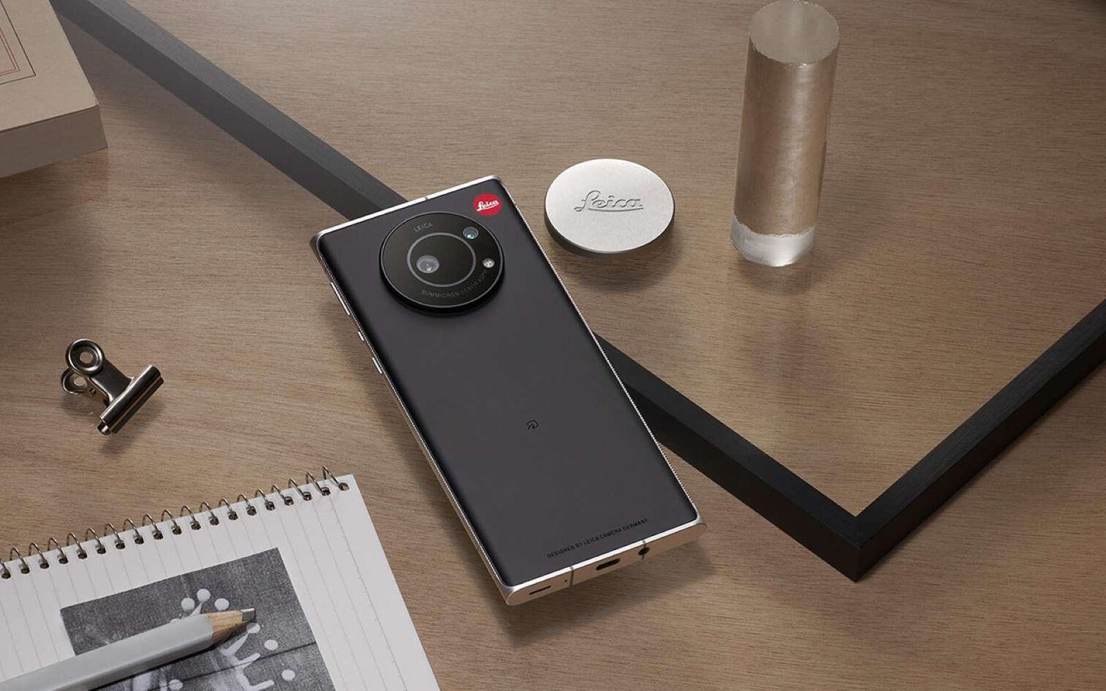 Les codes esthétiques de la marque ont été appliqués à ce smartphone conçu par Sharp à l'origine. © Leica