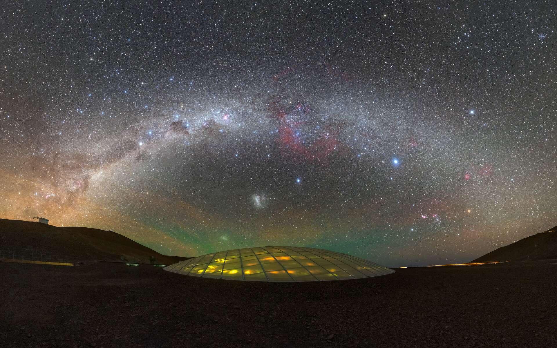 L'arche de la Voie lactée se déploie au-dessus de la résidence de l'ESO à l'observatoire Paranal, à 2.400 mètres d'altitude, au Chili. Un site magnifique où furent tournées des scènes du James Bond Quantum of Solace. © P. Horálek, ESO