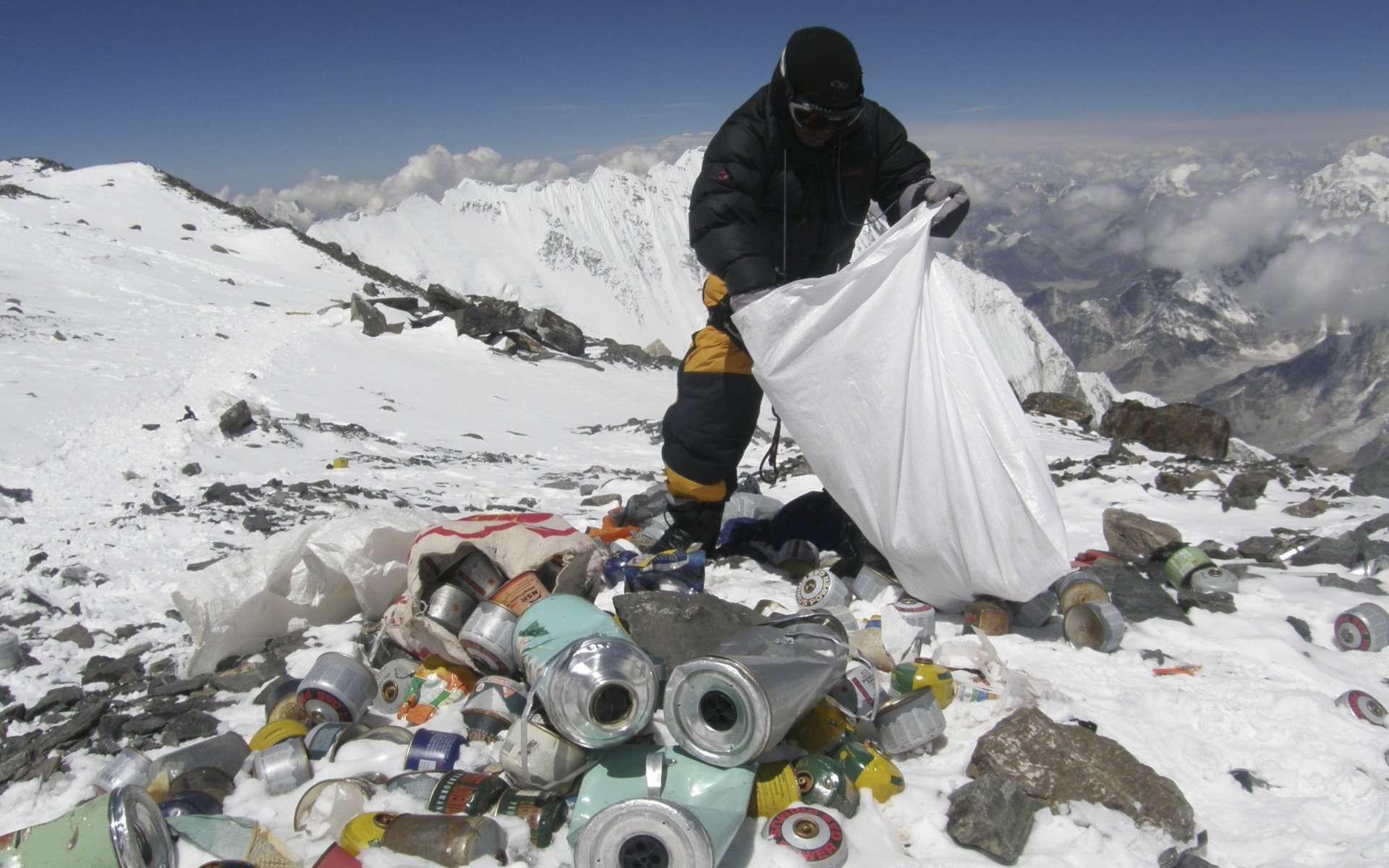 Selon Martin Edström, photographe et volontaire du projet environnemental Saving Mount Everest et interviewé par le Daily Mail en mai 2013, « 50 tonnes de déchets sont abandonnées chaque saison par les touristes ». © AFP Photo, Namgyal Sherpa, Files