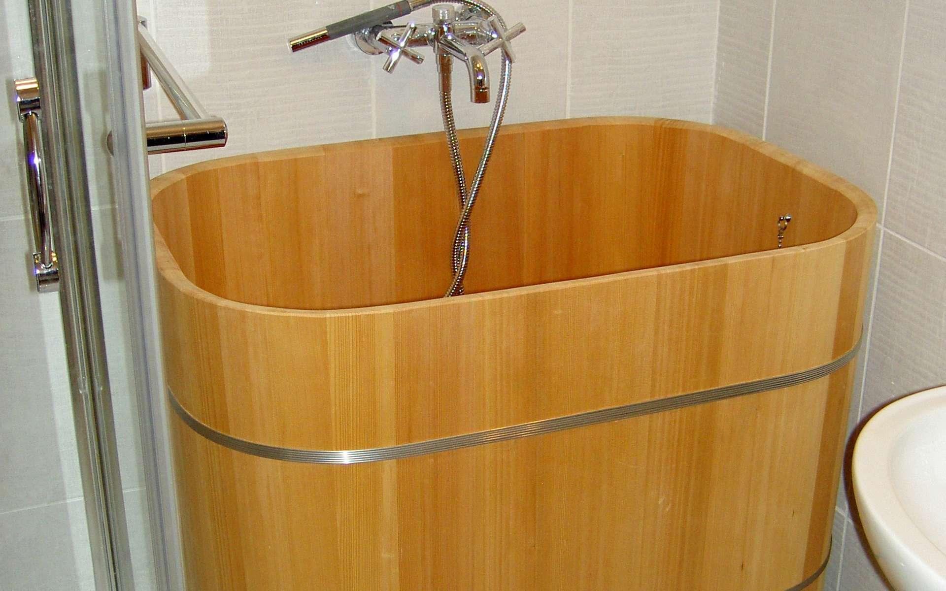 Une baignoire traditionnelle japonaise ofuro. © Kitoki Deco