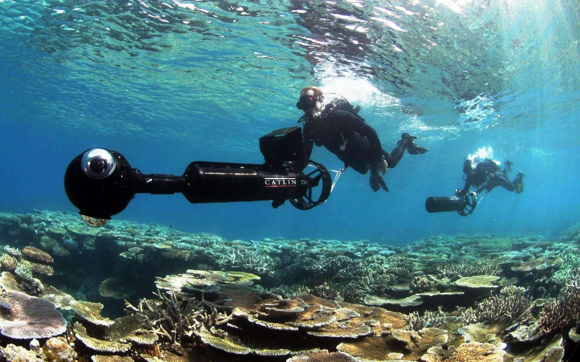Un des membres du Catlin Seaview Survey avec le SVII, l'appareil de prise de vue spécialement conçu pour la réalisation des panoramas en 3D de ce Google Street View des mers. © Catlin Seaview Survey, Underwater Earth