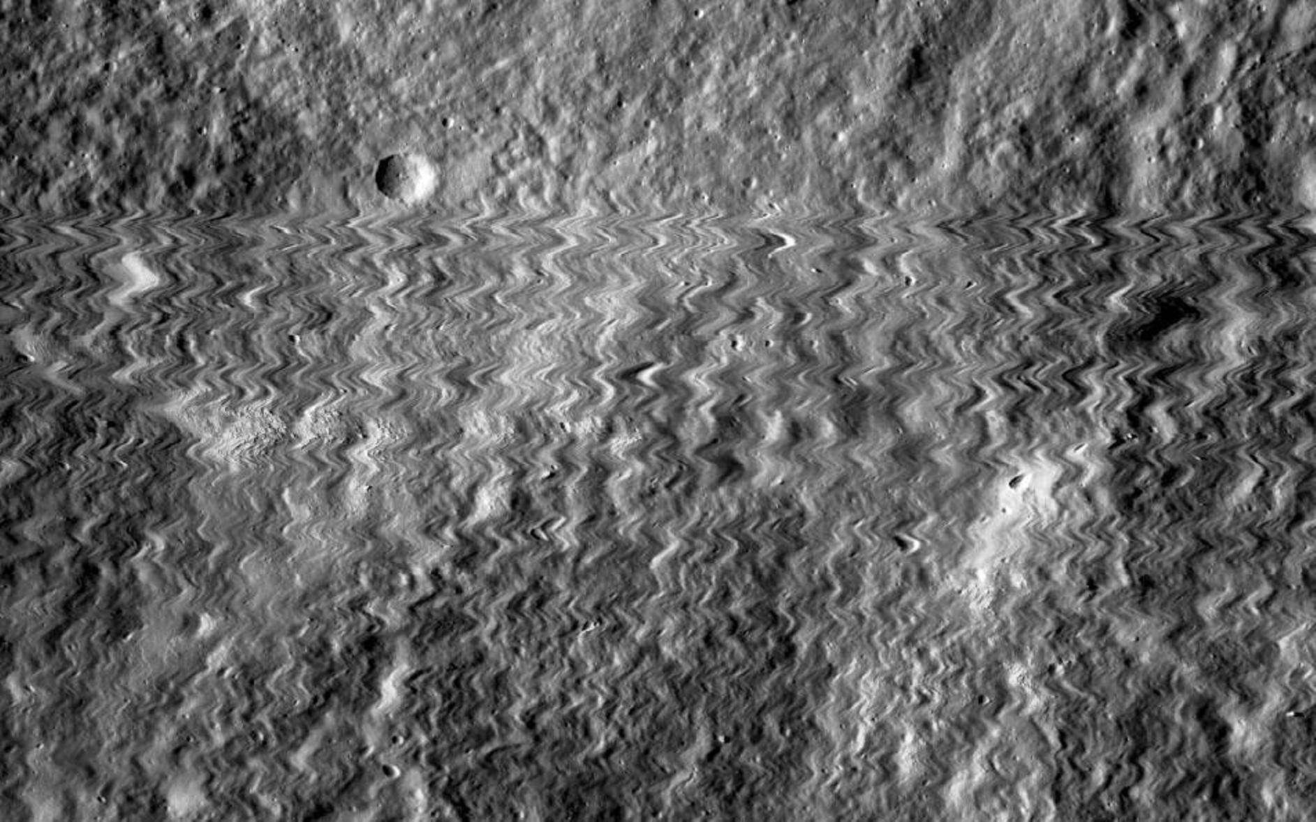 Le 13 octobre 2014, quelque chose a visiblement bousculé le ''photographe'' LRO lorsqu'il survolait la surface de la Lune. © Nasa, Goddard Space Flight Center, Arizona State University
