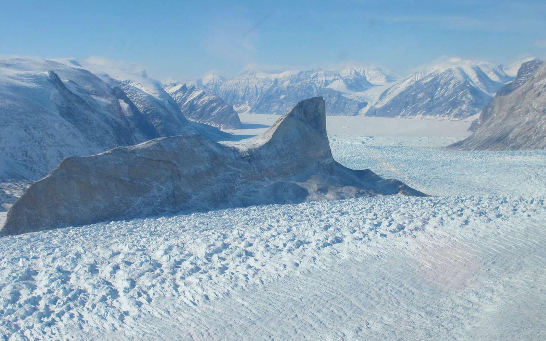 Selon les travaux des chercheurs de la Nasa (États-Unis), entre 2003 et 2019, le glacier Kangerdulgssuaq — le plus grand glacier de la côte est du Groenland — a perdu entre 4 et 6 mètres par an. © Jim Yungel, Nasa
