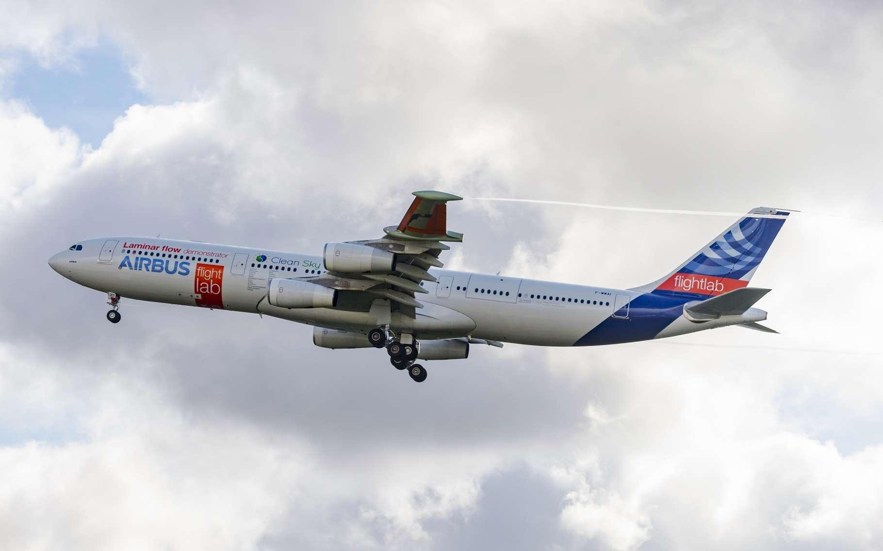 Sur cet Airbus A340 expérimental, les extrémités des ailes ont été remplacées pour tester un profil différent, dit « laminaire », qui permettrait des économies de carburant. © Airbus