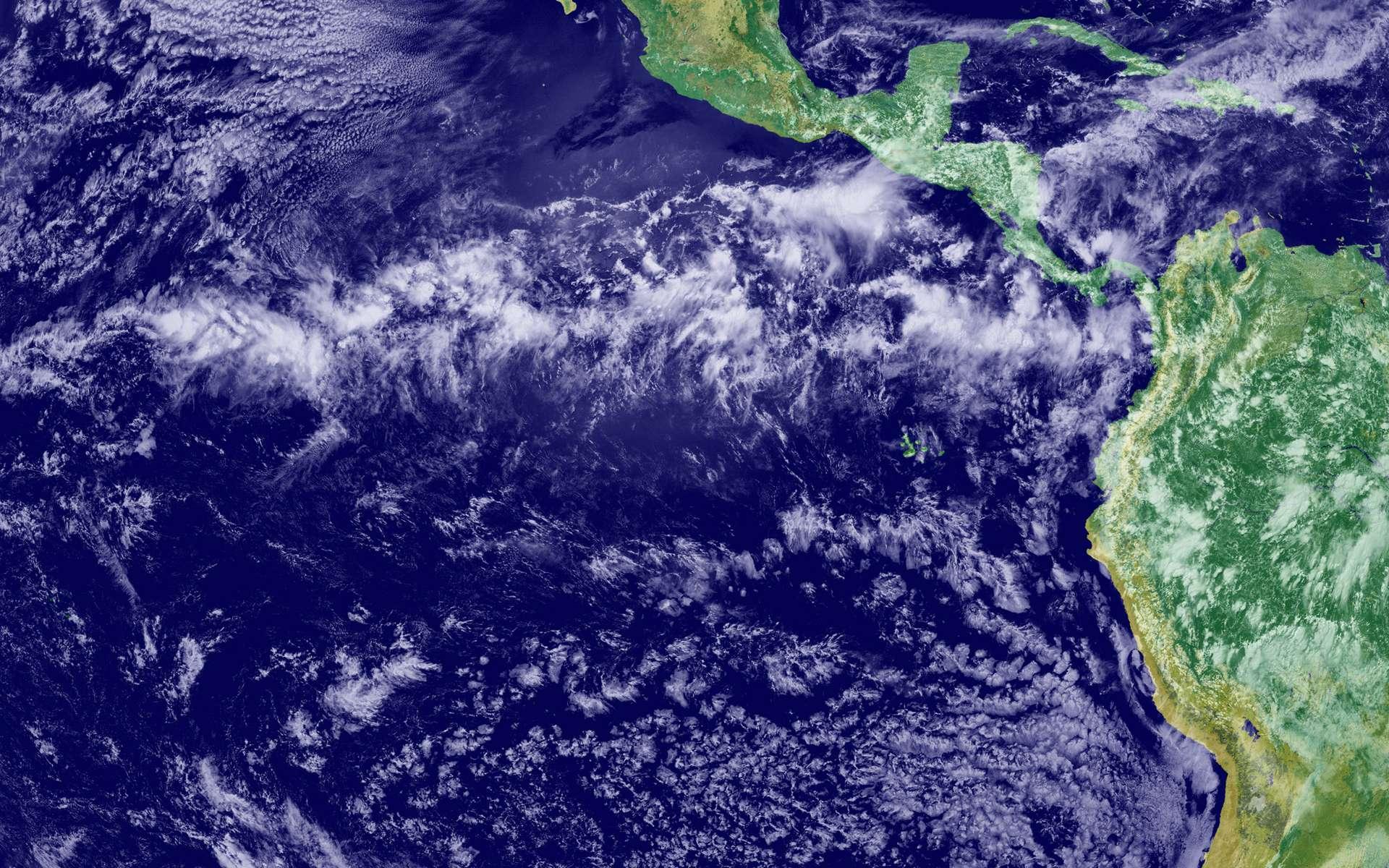 La zone de convergence intertropicale résulte de la convergence des masses d'air chaud et humide, portées par les alizés. Elle ne se trouve pas tout à fait à l'équateur, mais plutôt à 5 °N. © Nasa