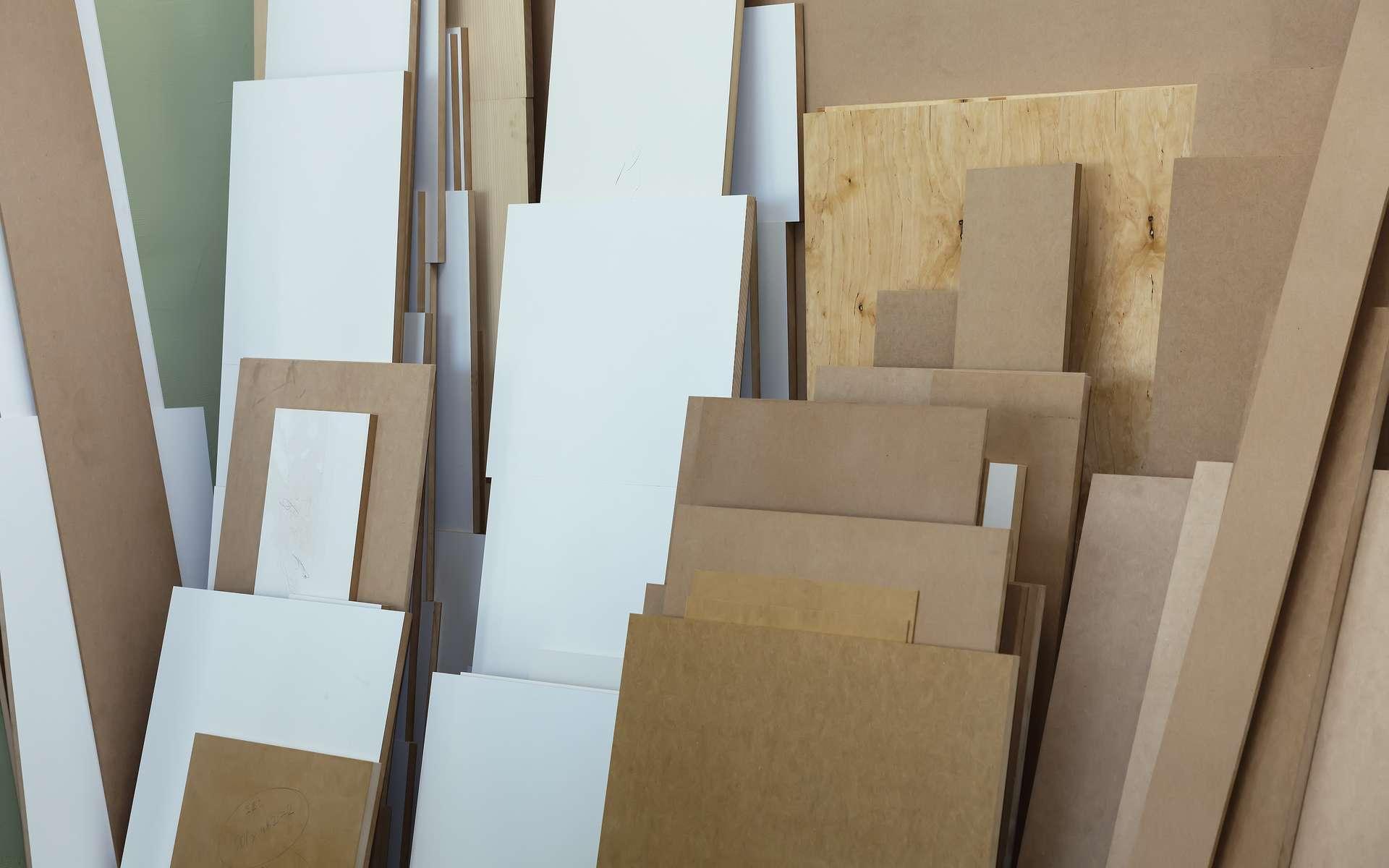 Par leur composition, les planches de MDF, d'aggloméré, de contreplaqué utilisées dans la fabrication de meubles, émettent pendant très longtemps des composés organiques volatils (COV). Alternatifs au formaldéhyde, les végétaux oléagineux ont une carte à jouer. © Zhanna