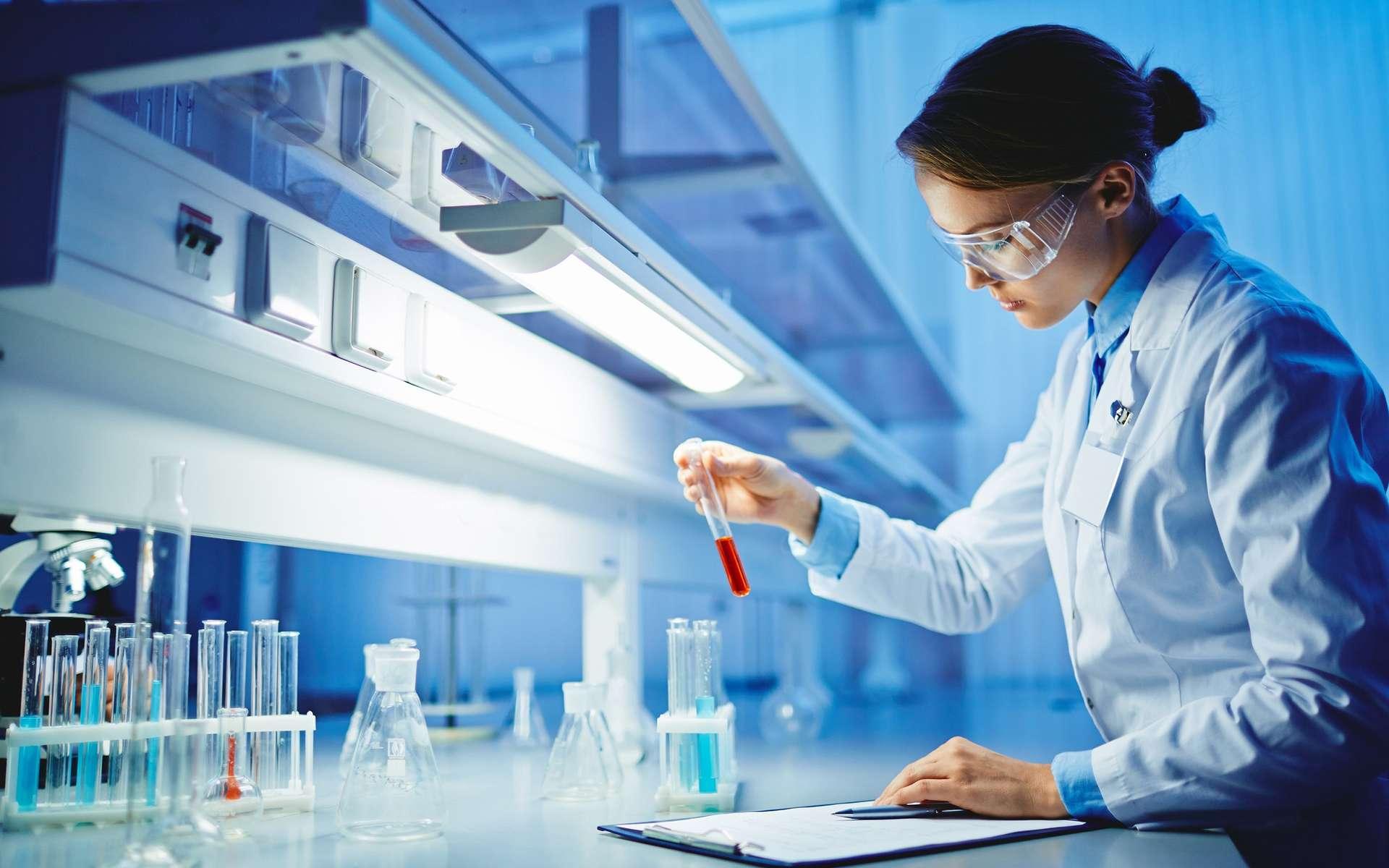 Qu'il soit technicien ou ingénieur, le chimiste peut travailler dans des secteurs d'activités très variés, comme l'environnement, l'agroalimentaire, la pétrochimie, le génie civil… © pressmaster, Adobe Stock.