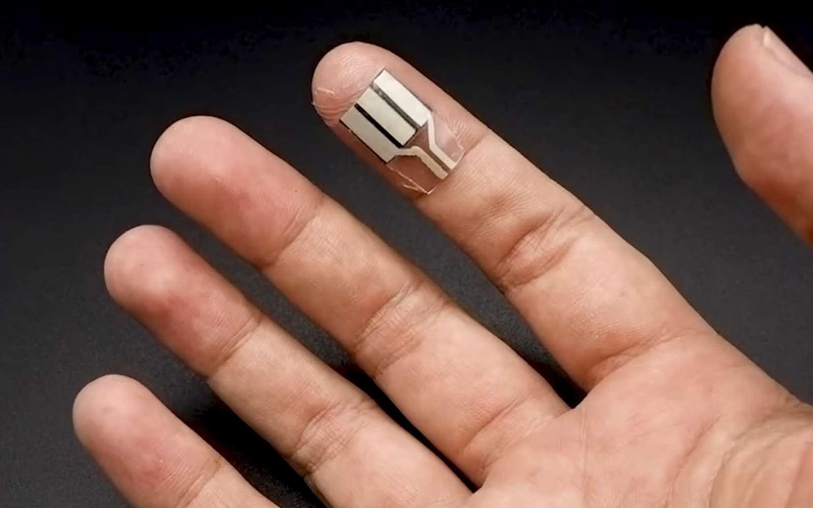 Portée au bout des doigts, cette pile transforme la sueur en électricité. © Université de Californie à San Diego