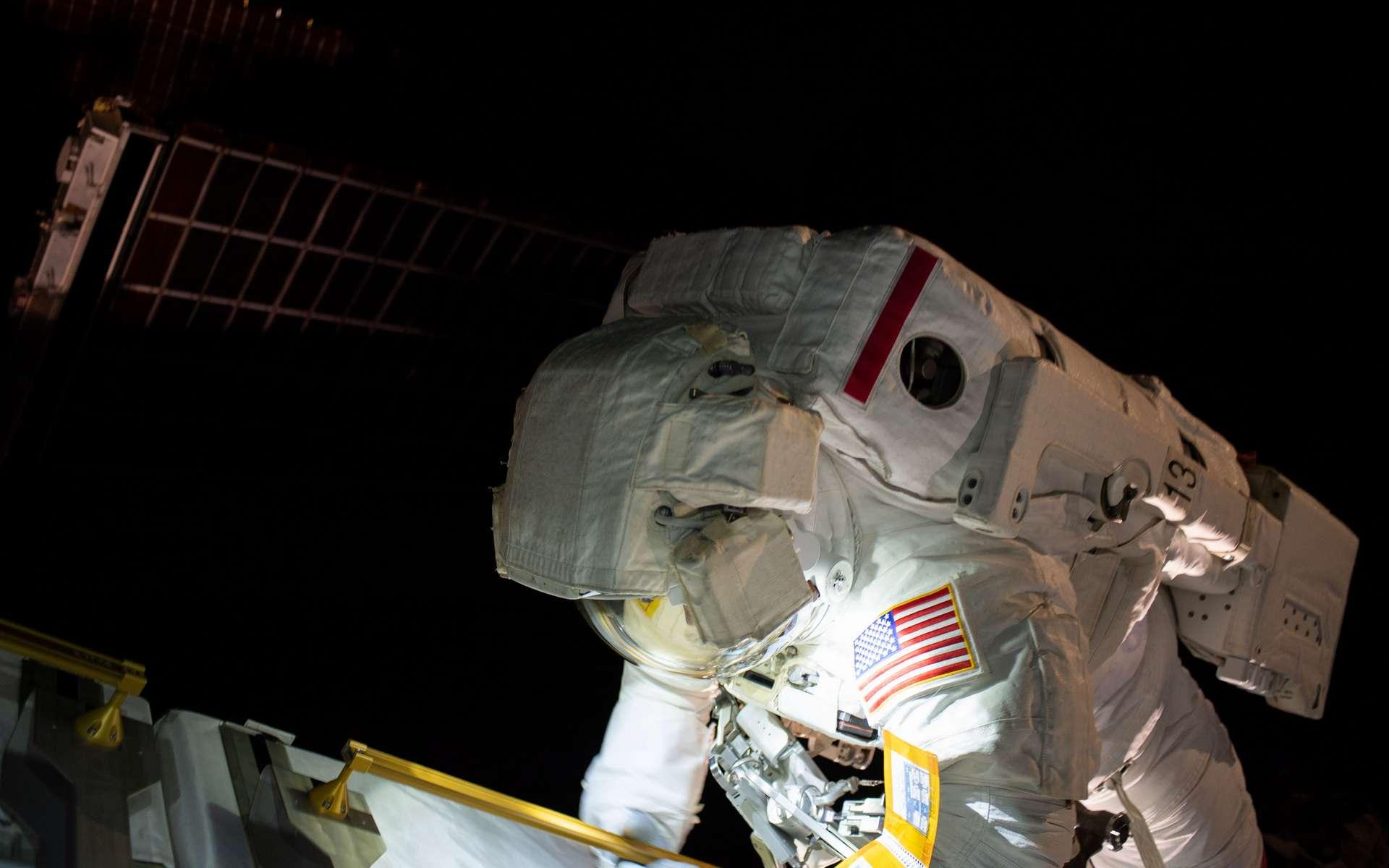 L'astronaute de la Nasa Anne McClain (photo) a passé six heures et 36 minutes dans l'espace le 22 mars 2019, lors de la première sortie extravéhiculaire de sa carrière, aux côtés de son compatriote Nick Hague, pour installer des batteries plus performantes sur les panneaux solaires de l'ISS. © Nasa