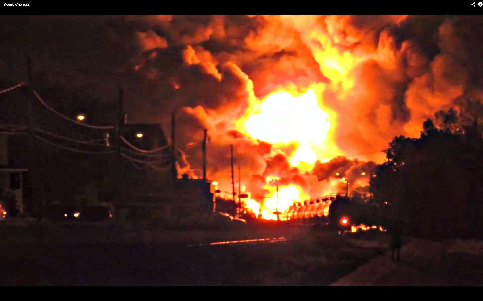 Au Québec, entre Nantes et Lac-Mégantic, le train n'avait plus de freins et a déraillé après avoir pris trop de vitesse. Il charriait 72 wagons de pétrole, et a explosé à un passage à niveau. © Capture d'écran, Anne-Julie Hallée, YouTube