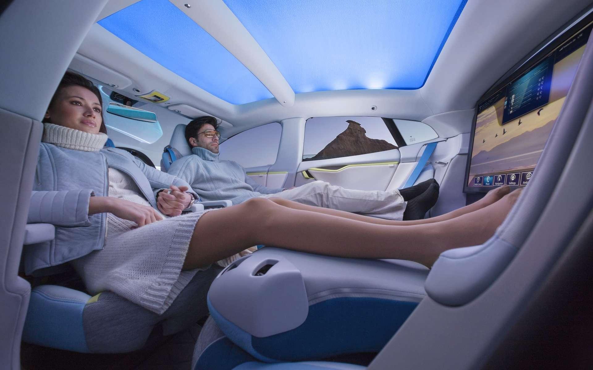 Le concepteur suisse Rinspeed a imaginé cette XChangE sur la base de la Tesla électrique Model S, commercialisée aux États-Unis. Une maquette de cet engin futuriste sera présentée au prochain salon de Genève. En plus d'un toit transparent, d'un écran géant et d'une machine à faire le café, ce concept car est capable de conduire sans assistance aucune. C'est l'idée de la voiture autonome, encore lointaine mais en ligne de mire de tous les grands constructeurs. © Rinspeed