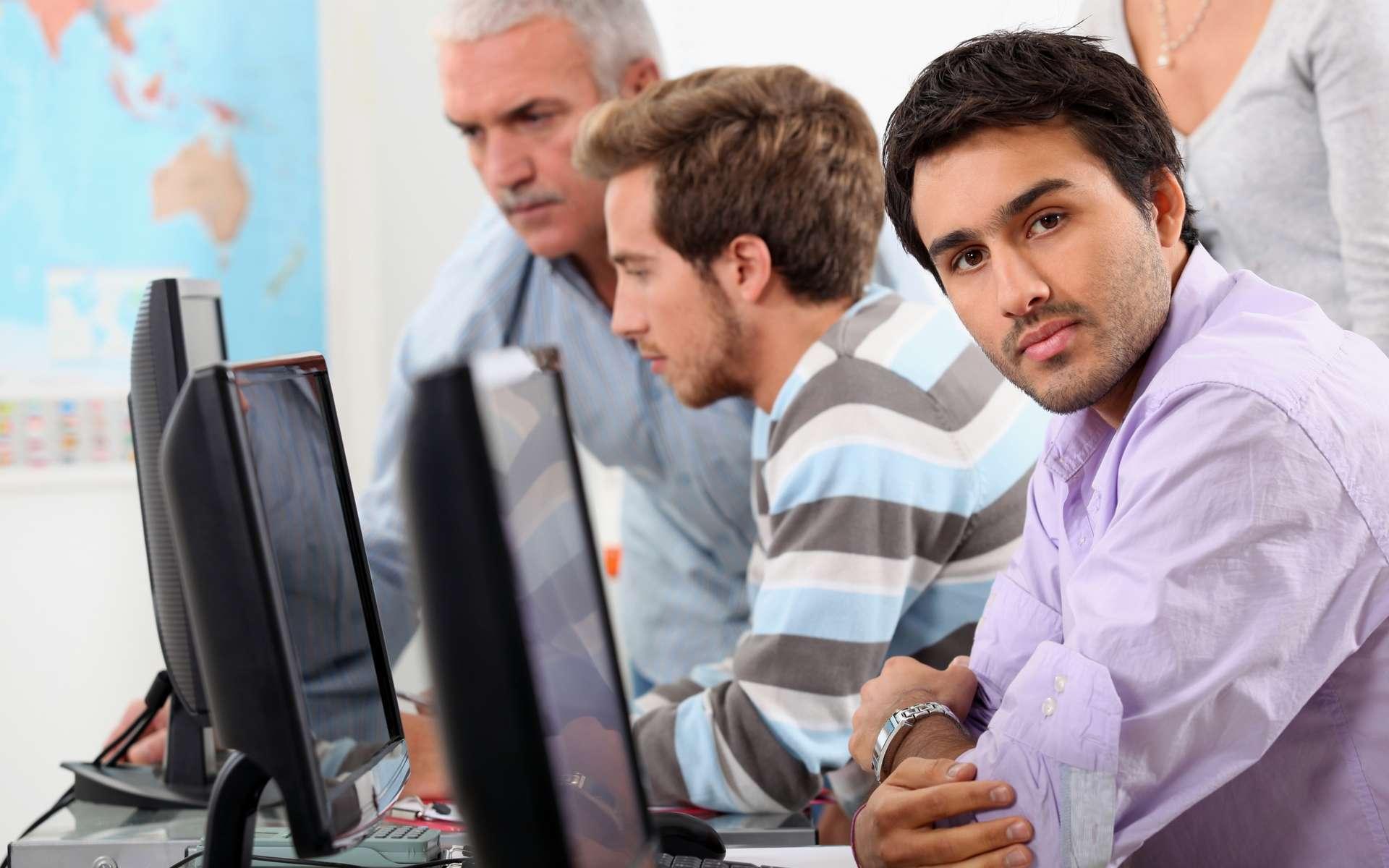 En France, 42 % de la population active passe plus de quatre heures par jour devant un écran. © Phovoir