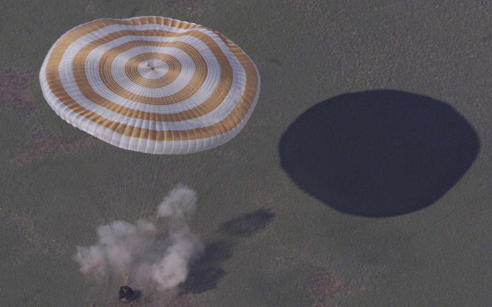 Parachute ouvert, atterrissage d'une capsule Soyuz de retour de la Station spatiale internationale. © ESA, S. Corvaja