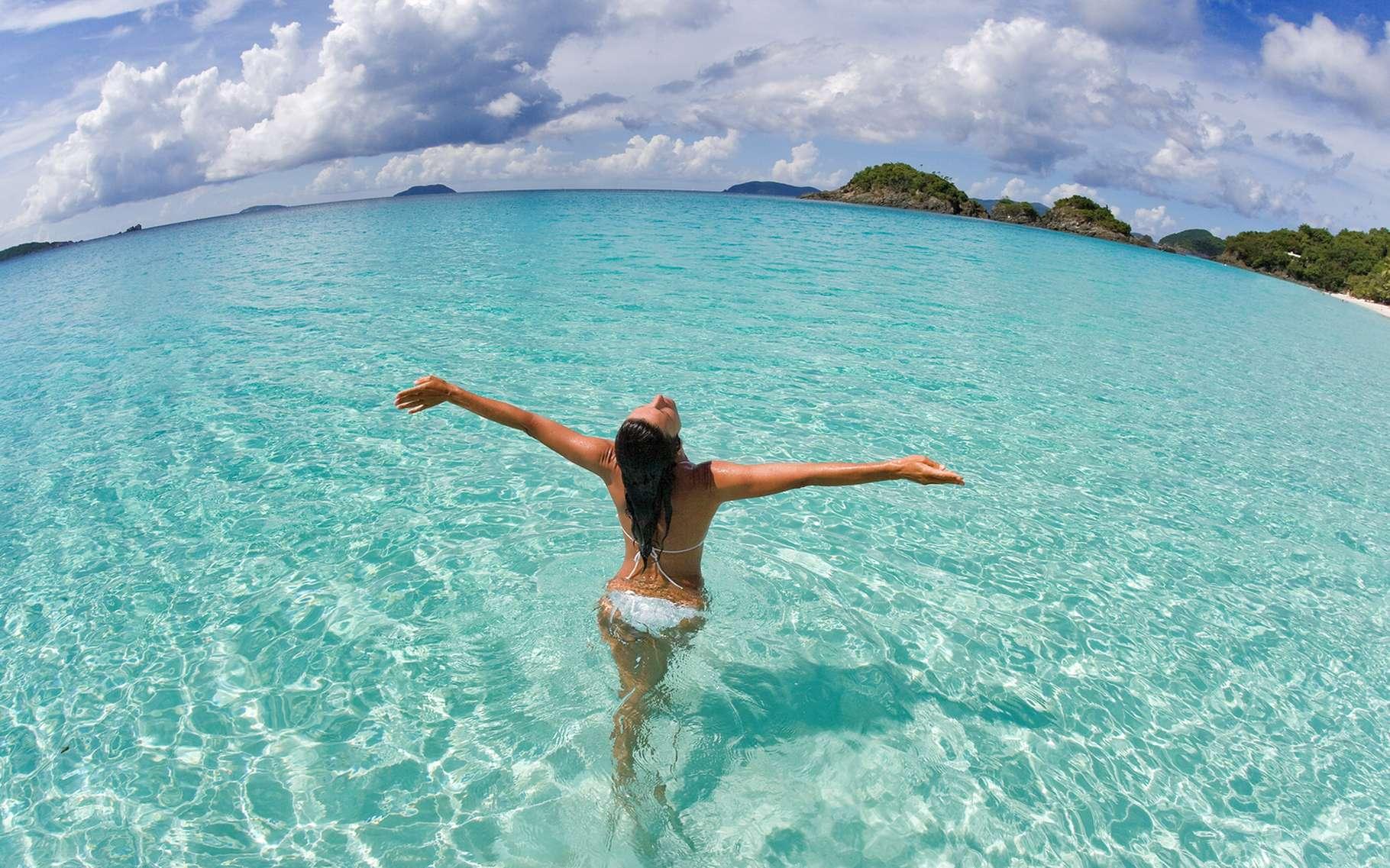 L'eau ne protège pas des rayons du soleil, bien au contraire ! © idreamphoto, Shutterstock