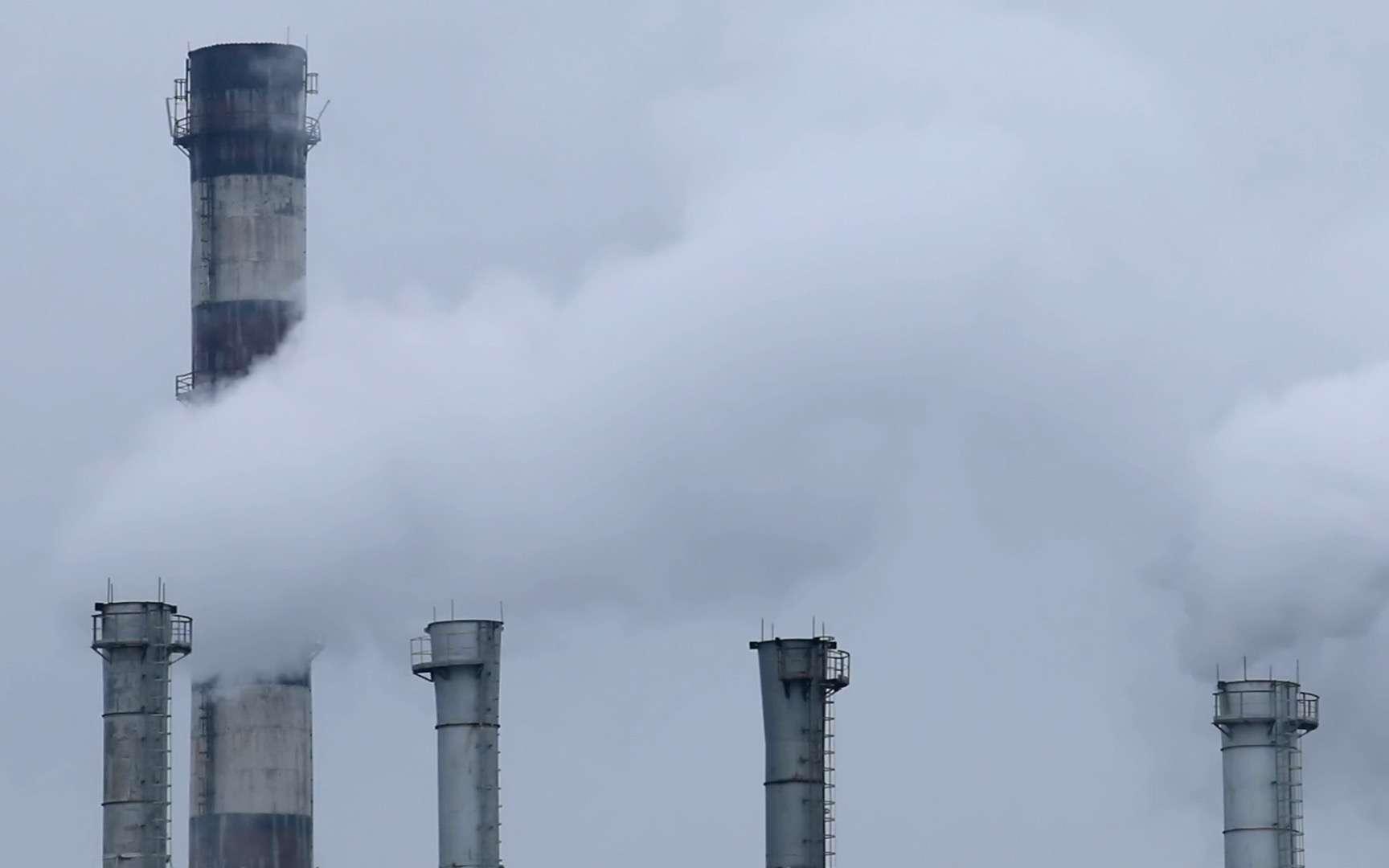Les cheminées d'une centrale dégagent du gaz © Envato Elements