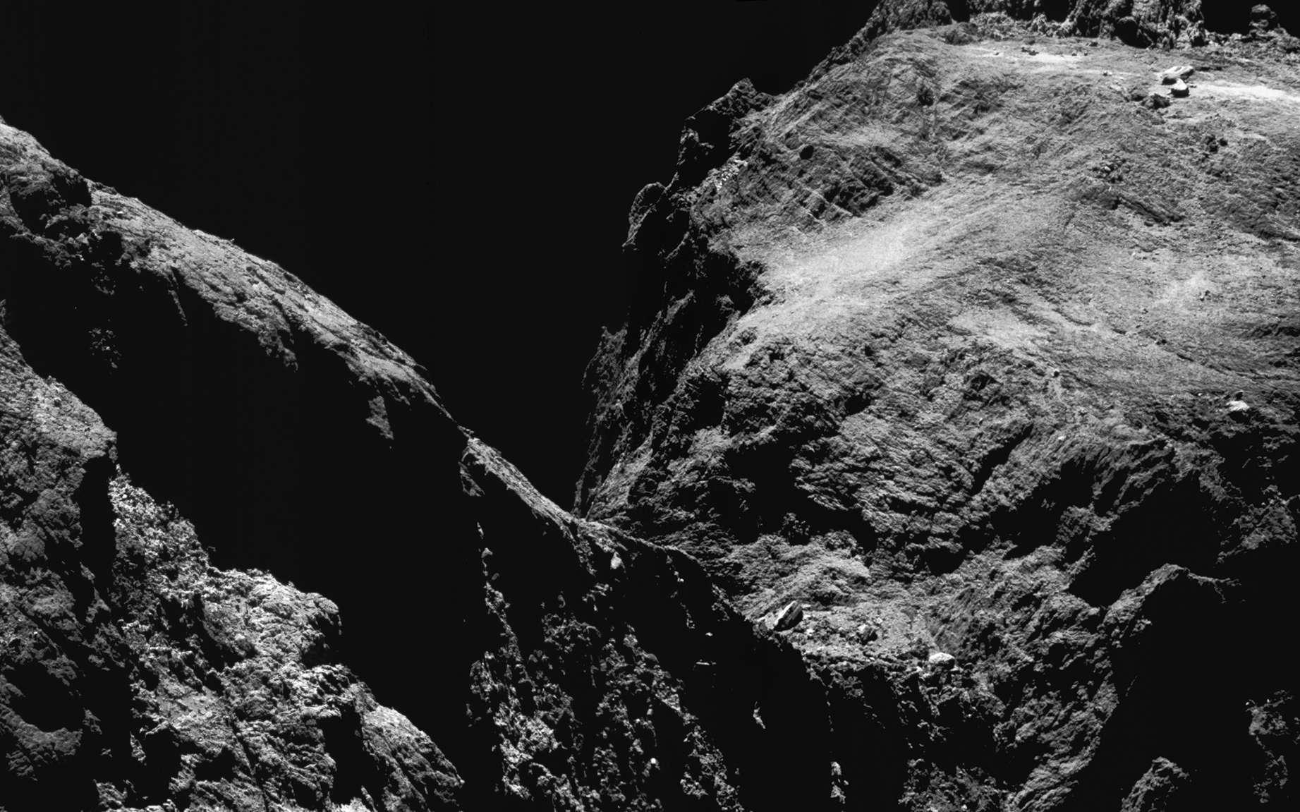 Gros plan sur la comète Tchouri. La sonde Rosetta n'était alors qu'à 9,9 km du centre du noyau cométaire. © ESA, Rosetta, Navcam, CC BY-SA IGO 3.0