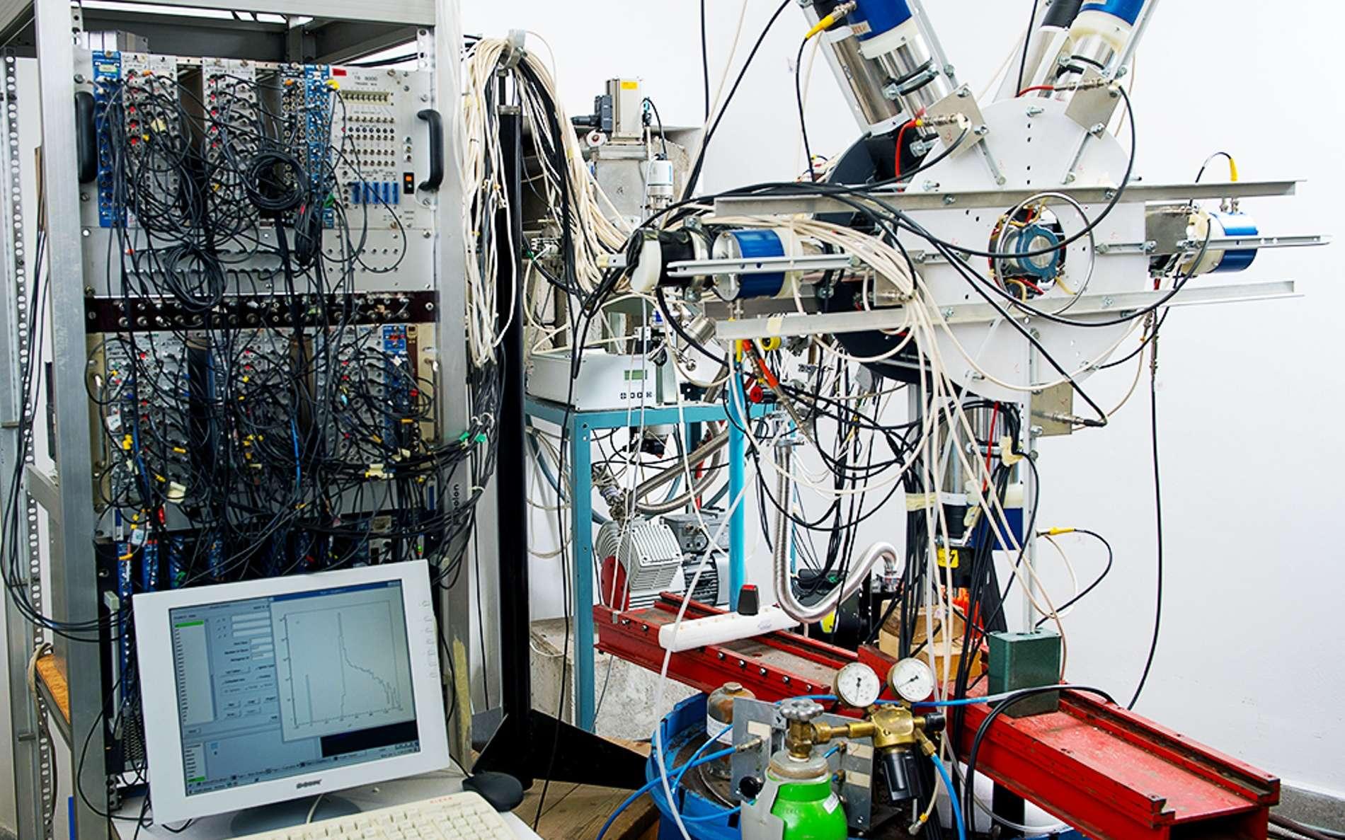 Une vue de l'expérience de physique produisant une curieuse réaction nucléaire. Le serpent de mer de la cinquième force a-t-il finalement été attrapé ? © Attila Krasznahorkay