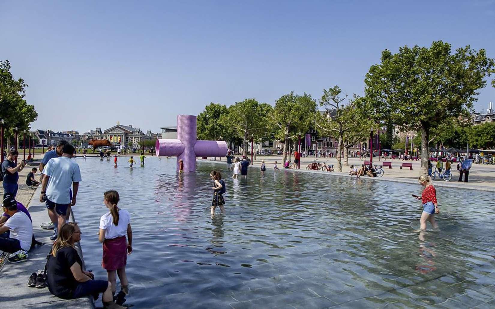 Dans une fontaine à Amsterdam, le 25 juillet 2019 aux Pays-Bas, où un nouveau record de chaleur a été battu. © Robin Utrecht, ANP, AFP