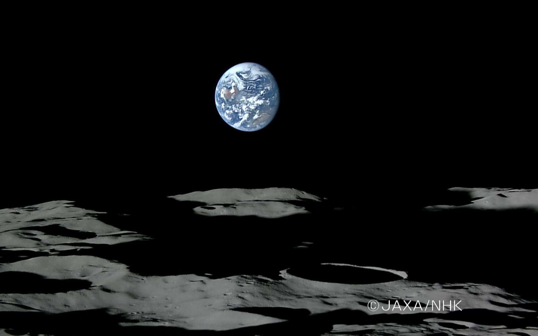 Coucher de Terre au Pôle Sud. Coucher de Terre au Pôle Sud, le cratère au dessus du copyright est Shackleton, diamètre : 19 km. La sonde Kaguya-Selene est à une altitude de 100 km environ. Crédit : JAXA - NHK