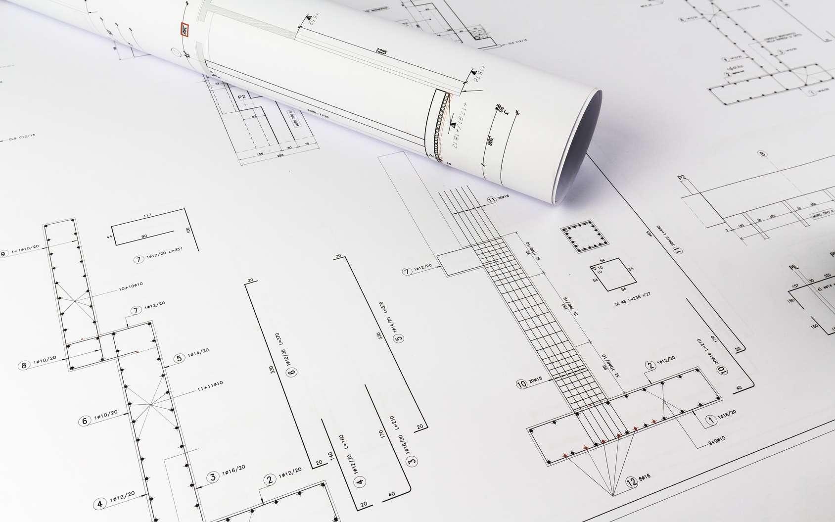 L'ingénieur bureau d'études intervient souvent en amont d'un nouveau projet, à partir de plans. Il cherche à innover et élabore des prototypes avant toute phase de production. © caifas, Fotolia.