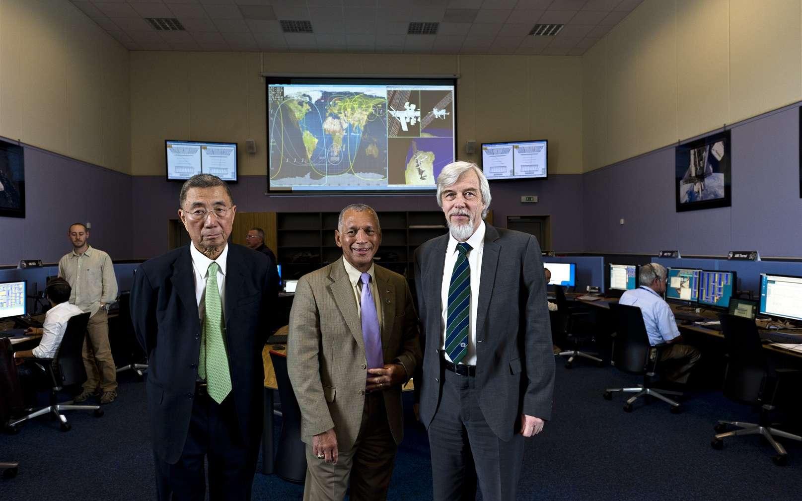 En 2011, dans la salle de contrôle d'AMS-02 au Cern, de gauche à droite : Samuel Ting, Charles F. Bolden (directeur général de la Nasa), et Rolf-Dieter Heuer (directeur du Cern). © Cern