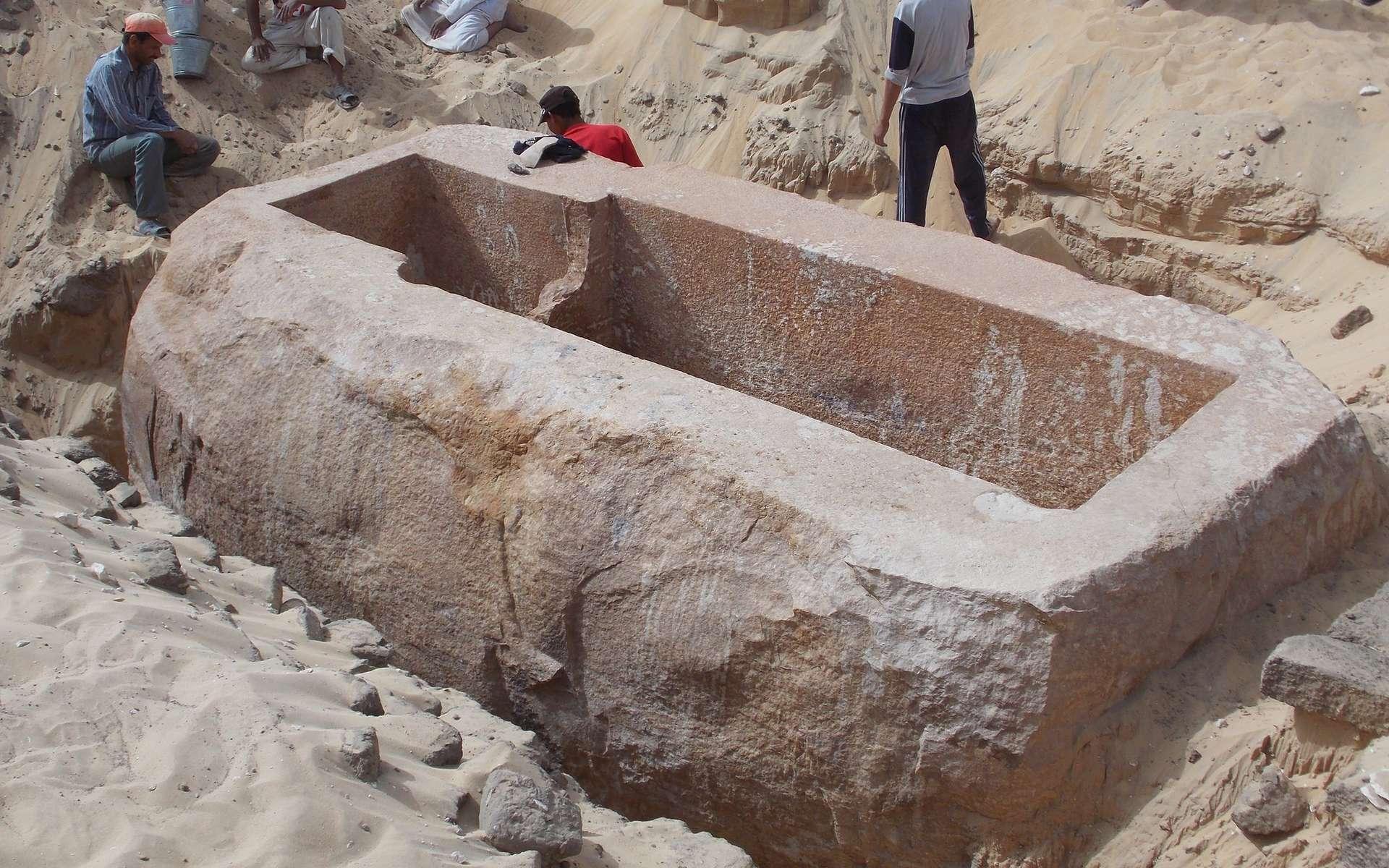 En juin 2013, l'équipe du Penn Museum a mis au jour ce sarcophage en quartzite, qui a dû être réalisé pour un roi de Sobekhotep, probablement Sobekhotep Ier, vers 1780 avant J.-C., durant la 13e dynastie. Les recherches alentour ont conduit à la découverte d'un autre pharaon, jusque-là inconnu, Woseribre Senebkay, qui aurait vécu vers 1650-1600 avant J.-C. © Josef Wegner, Penn Museum