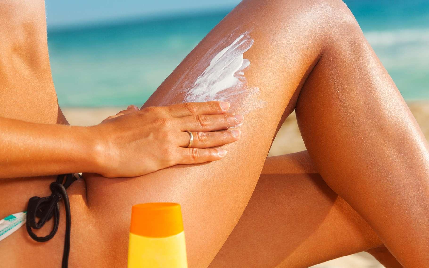 La crème solaire bio protège efficacement la peau du soleil tout en restant respectueuse de l'environnement. Son indice de protection est toutefois moindre par rapport à celui des crèmes solaires classiques. © Sergey Novikov, Shutterstock