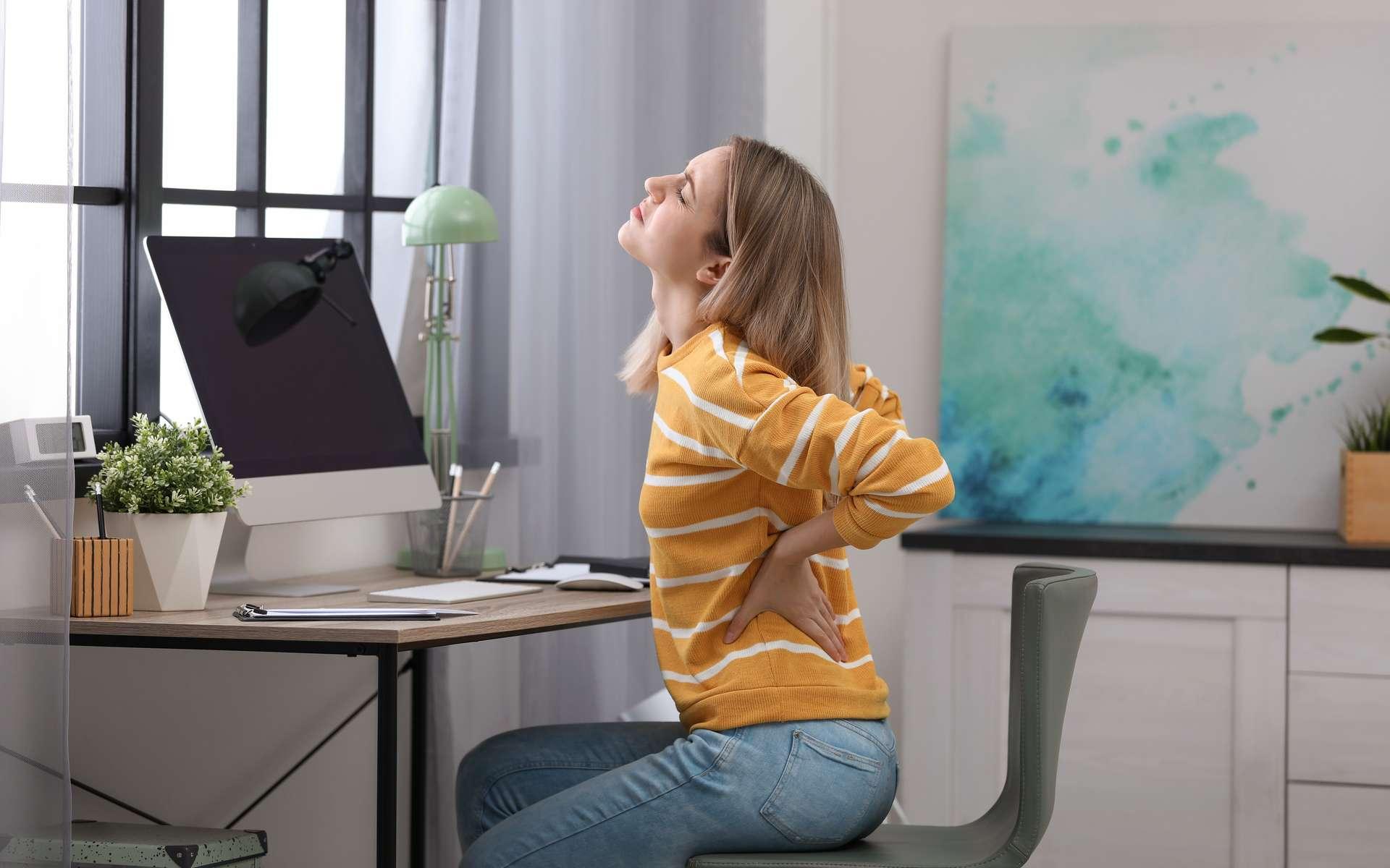 Nous sommes nombreux à souffrir de mal de dos, souvent en raison d'un manque d'activité ou d'une mauvaise posture. Voyons quelles solutions existent pour atténuer nos douleurs. © New Africa, Adobe Stock