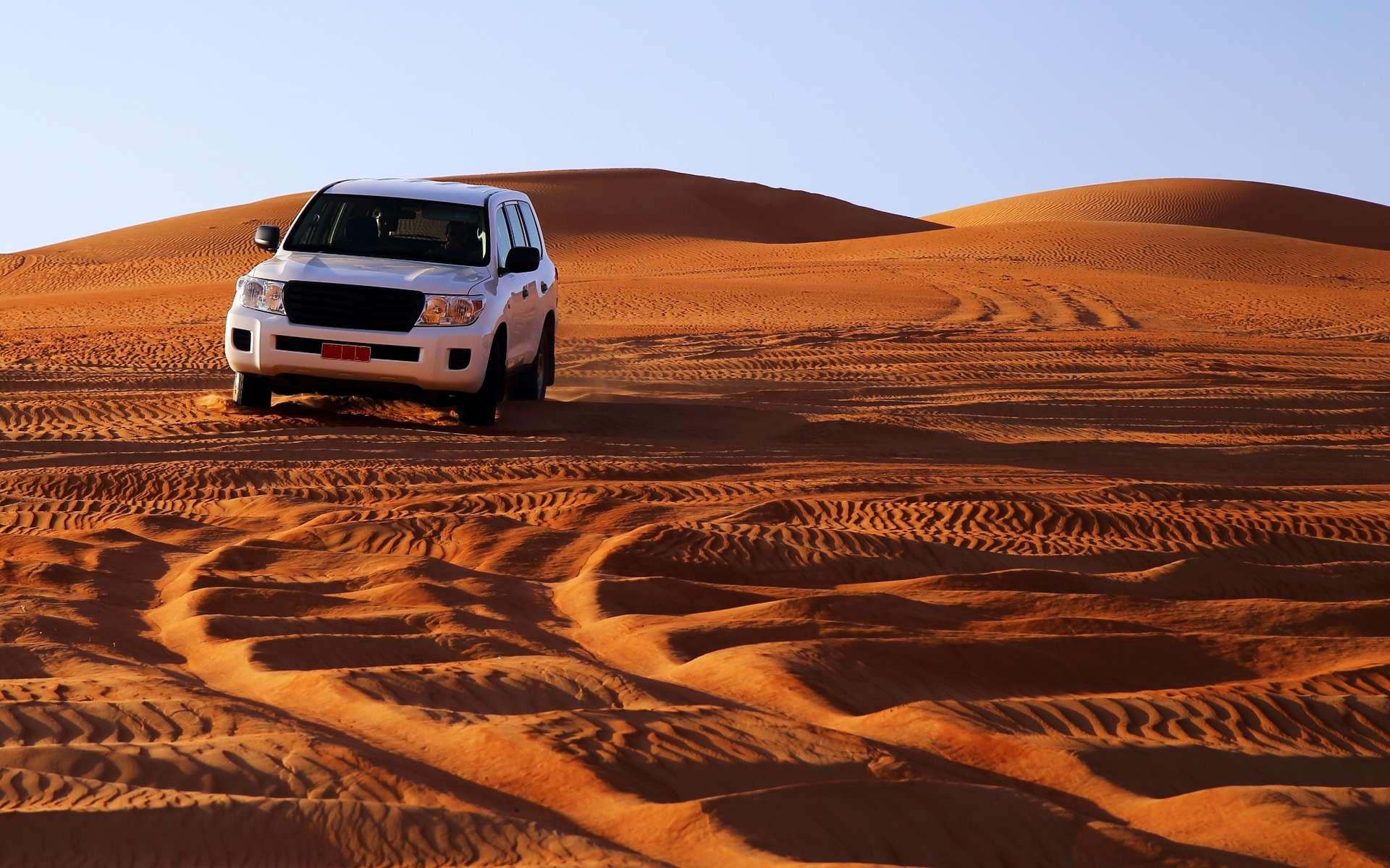 Cette image est tout un symbole : pourra-t-on rouler avec du carburant grâce au sable au cours du XXIe siècle ? © corlaffra, Shutterstock