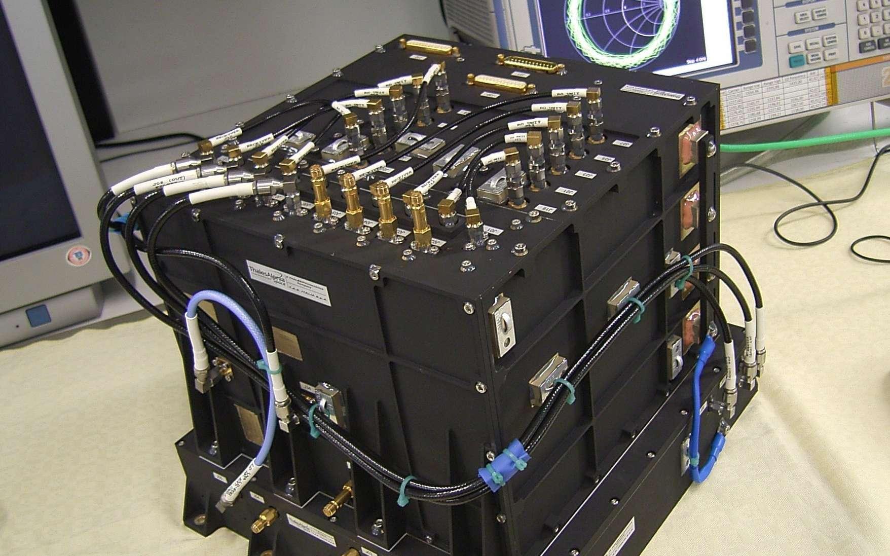 Ce cube noir est l'instrument Rosa conçu pour l'étude de l'atmosphère terrestre. Il est embarqué sur trois satellites dont deux sont déjà en activité. Le troisième, Megha-Tropiques, sera lancé fin septembre 2011. © Thales Alenia Space