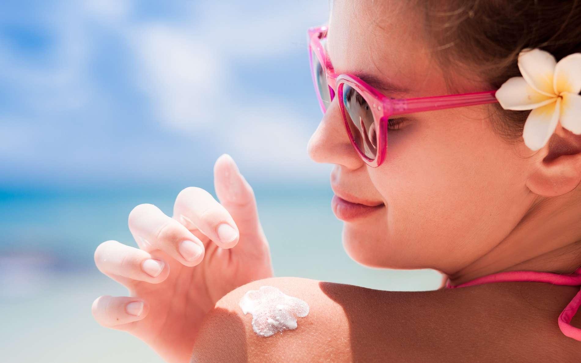 La crème solaire est l'alliée indispensable pour prévenir le cancer de la peau. © Elena Rudakova, Shutterstock