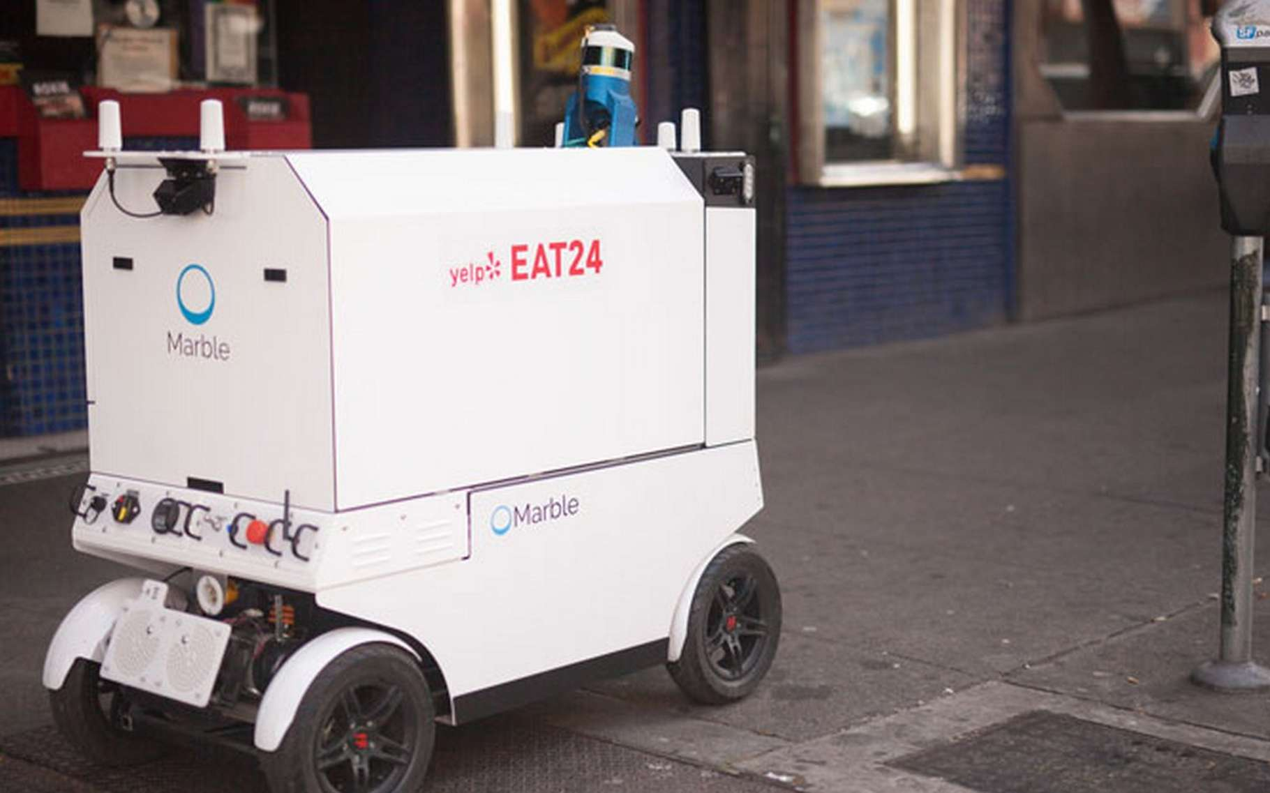 Le robot livreur de la société Marble a été retenu par le service de livraison de repas Yelp Eat24. Chaque livraison sera suivie à distance par un opérateur et sur le terrain avec un accompagnateur qui suivra le robot. © Marble