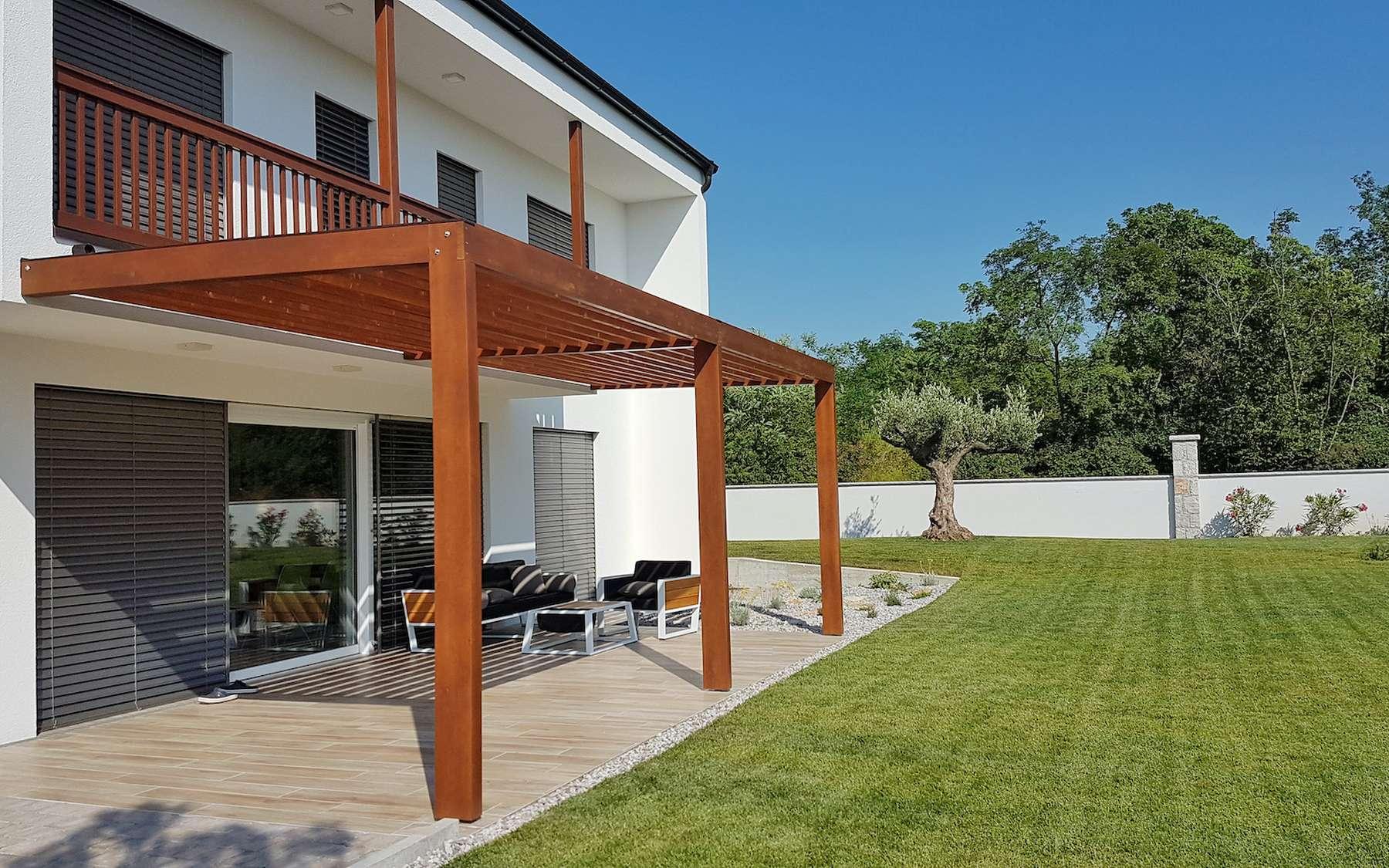 La pergola, une solution pérenne pour créer de l'ombre sur sa terrasse. © JRP Studio, Adobe Stock