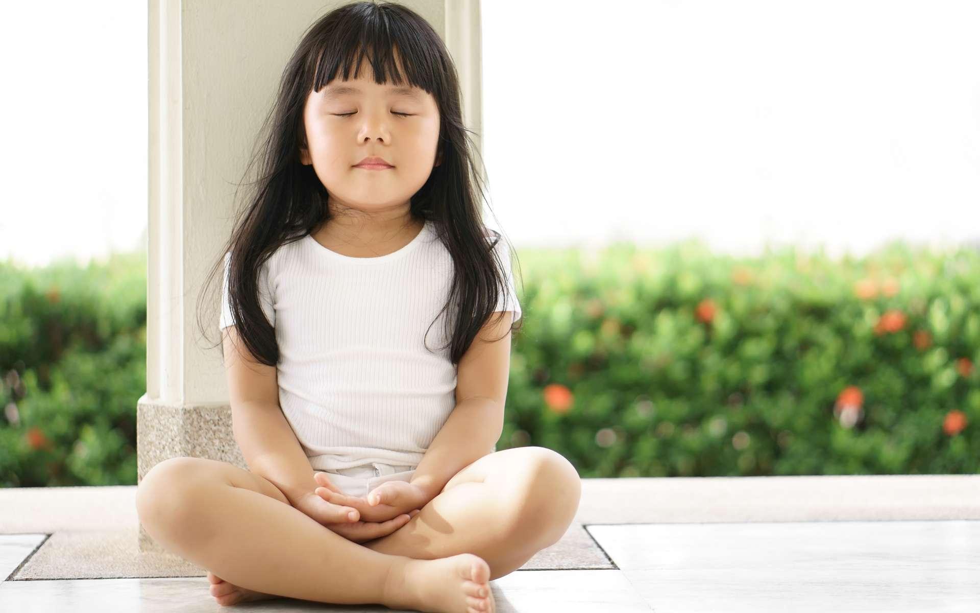 La méditation à l'école pourrait aider les enfants à comprendre et accepter leurs émotions. © Kornnphoto, Adobe Stock