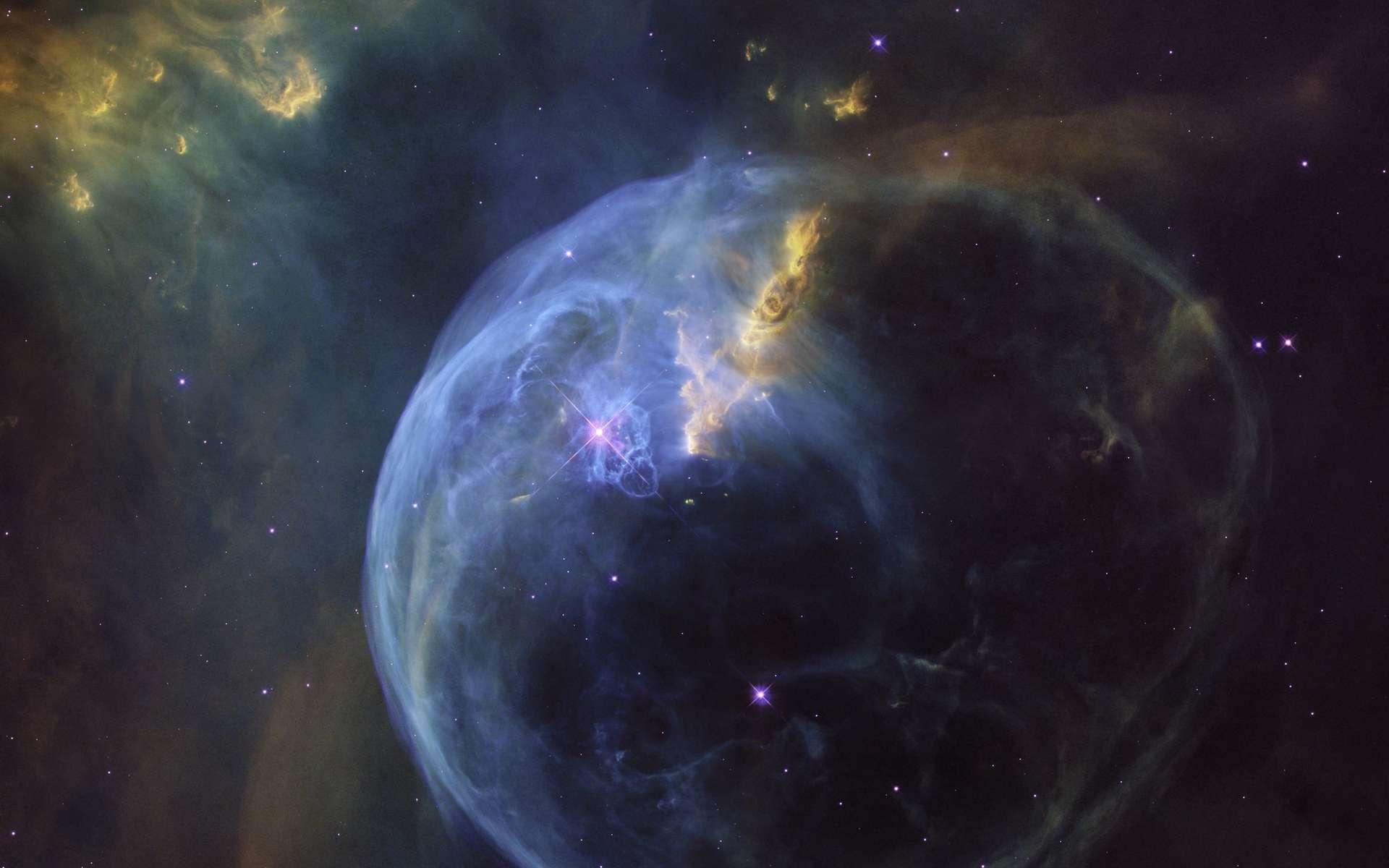 La nébuleuse de la Bulle (Bubble nebula) dépeinte par Hubble pour ses 26 ans en orbite. Curieusement, l'étoile très chaude et massive à l'origine de cette coquille est excentrée. © Nasa, Esa, Hubble Heritage Team