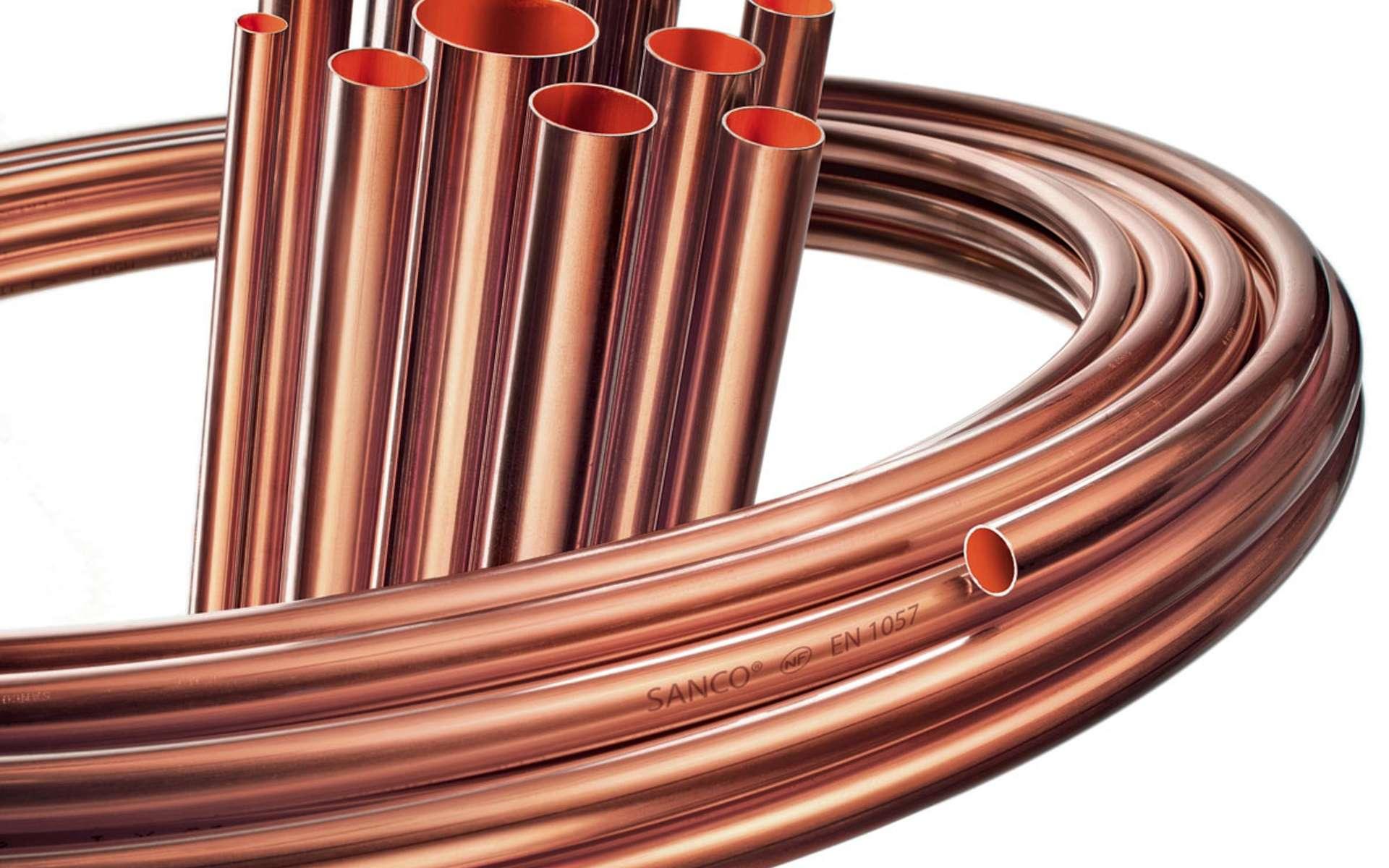Les tubes de cuivre écroui se posent en apparent. Ceux en cuivre recuit sont destinés aux installations sous coffrage ou encastrées. Le faible coefficient de dilatation du métal permet de le noyer sans difficulté particulière dans une chape humide. © Sanco