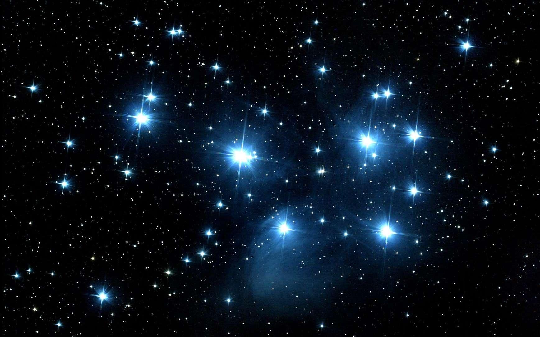 Une vue de l'amas ouvert des jeunes étoiles des Pléiades. © cnes