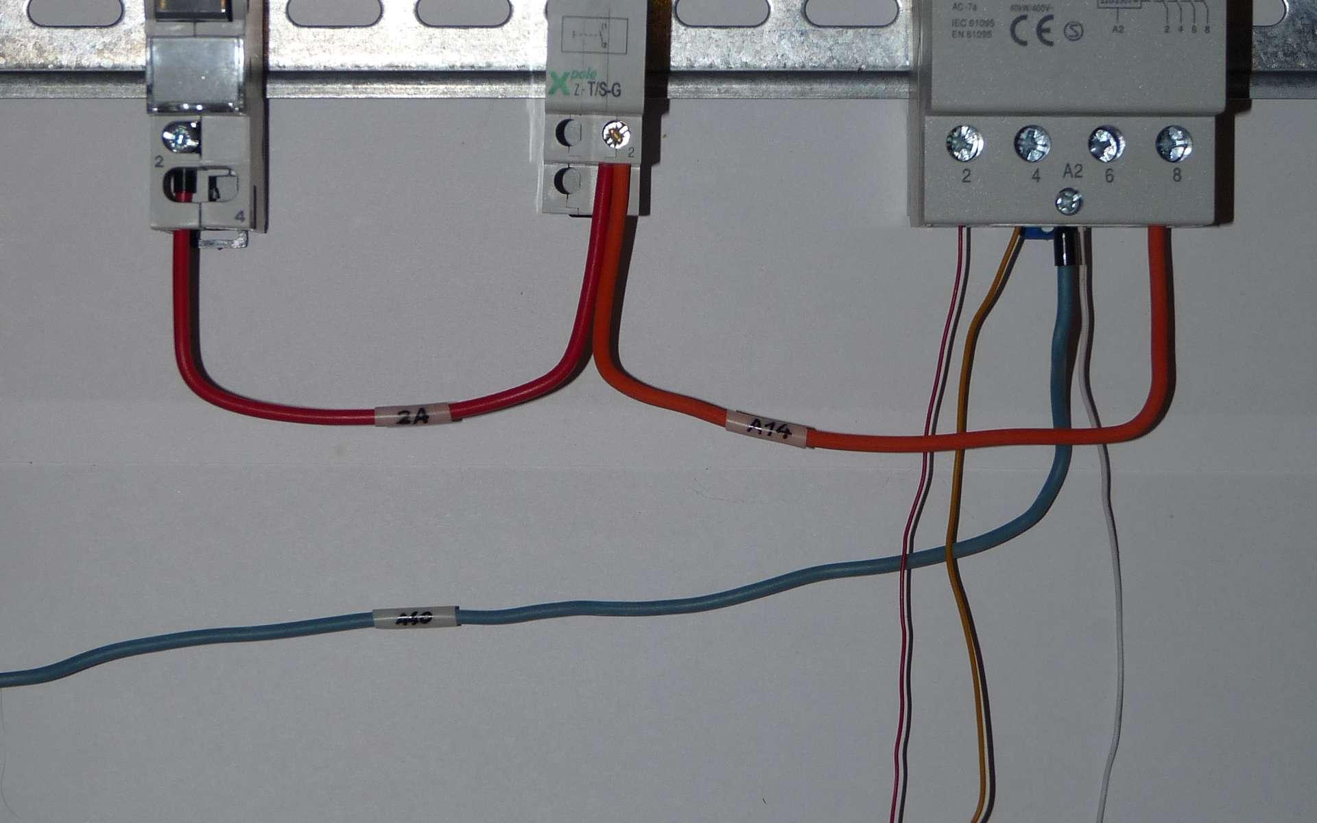 Le télérupteur permet d'actionner un éclairage avec plusieurs boutons-poussoirs. © Dmitry G, Wikimedia Commons, CC BY-SA 3.0