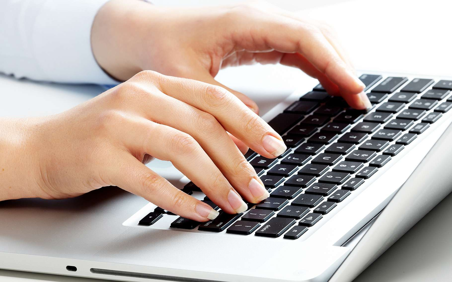 Les raccourcis clavier pour les majuscules accentuées varient selon l'ordinateur. © kurhan, Shutterstock