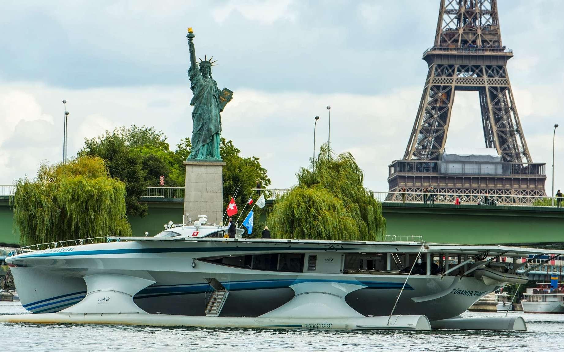 Le MS Tûranor PlanetSolar mesure 35 m de long, pour 15 m de large (23 m avec les « flaps » sortis). Il se caractérise par un tirant d'eau de seulement 1,55 m, de quoi lui permettre de facilement remonter des fleuves, comme la Seine. © Philip Plisson, 2013