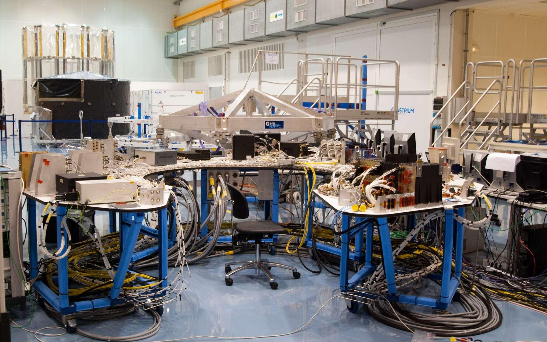 Équipements et câblages électriques du satellite Gaia de l'Esa, construit par Astrium. À l'avenir, les industriels seront amenés à revoir leur méthode de fabrication des satellites pour les rendre plus robustes aux impacts de débris de petite taille.© Rémy Decourt