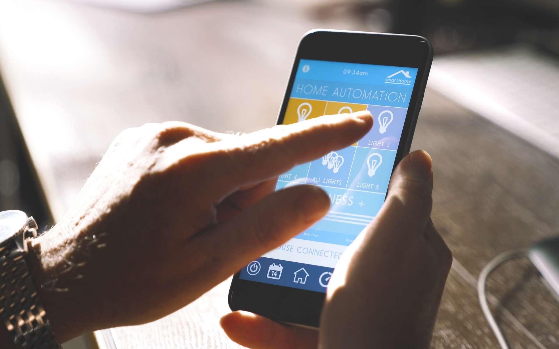 Un smartphone, une application dédiée suffisent pour gérer à distance l'éclairage de la maison, réguler la température d'une pièce ou entretenir le jardin. Au quotidien, la domotique permet d'automatiser certaines tâches et de profiter de ce temps gagné pour les loisirs. © AA+W, Adobe stock