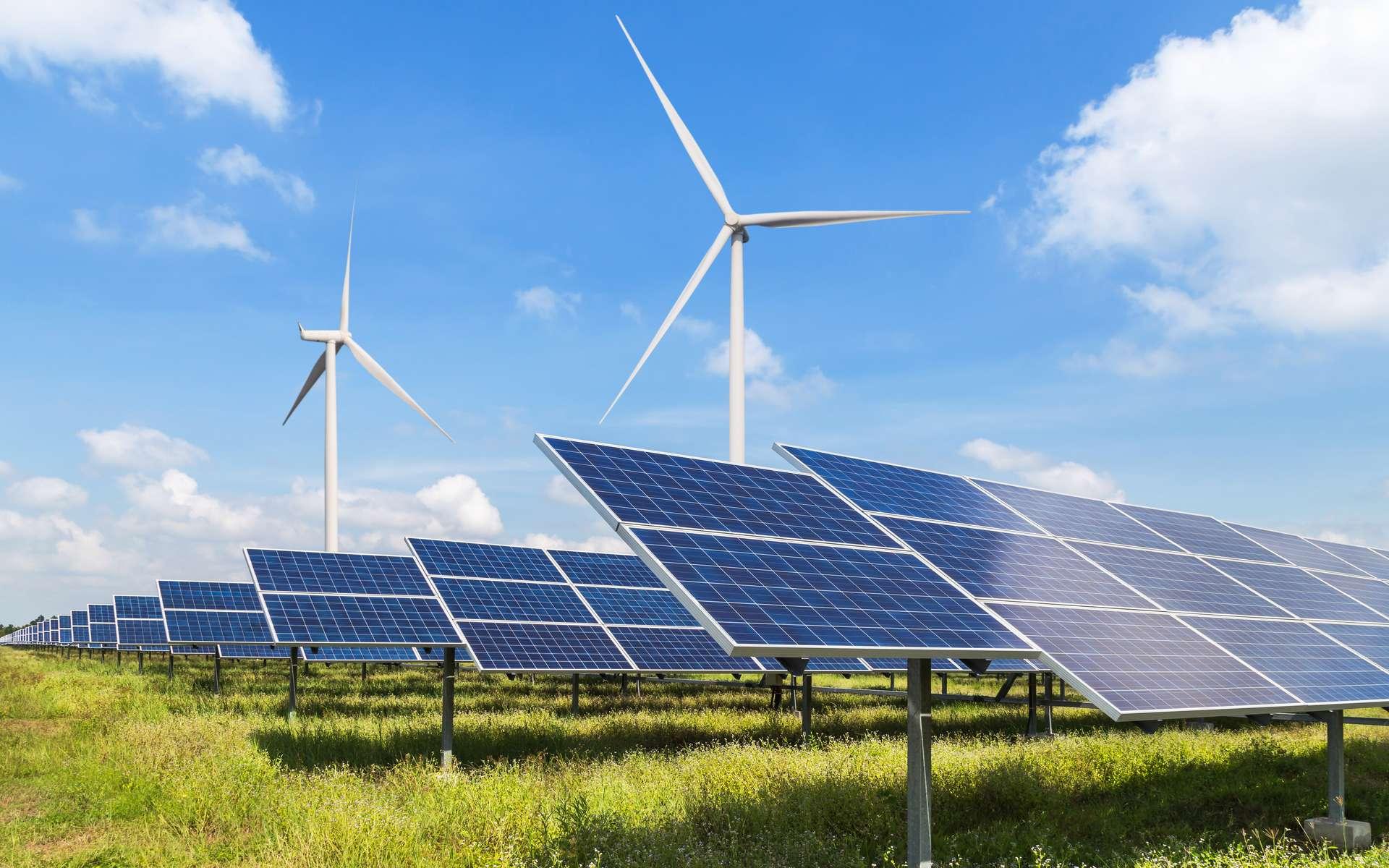 Éoliennes et panneaux solaires, deux types de production d'énergie verte. © Soonthorn, Adobe Stock