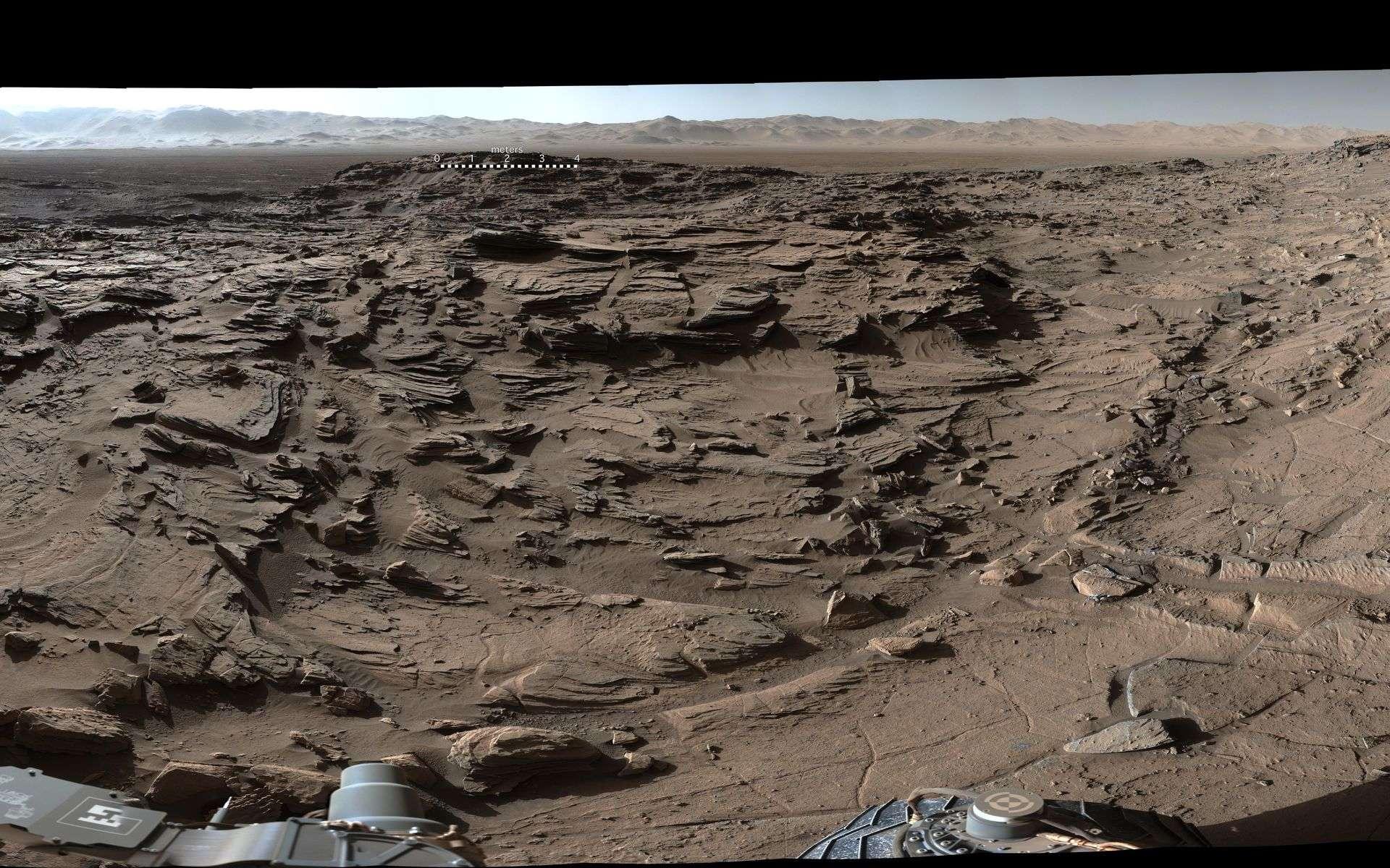 Extrait du panorama à 360° réunissant des dizaines de photos prises avec la MastCam de Curiosity par un bel après-midi martien, le 4 avril 2016 (sol 1.302). Au premier plan, le plateau Naukluft que traversait alors le rover. À l'arrière-plan, à droite, le mont Sharp. À l'arrière-plan, au centre et à gauche, les remparts du cratère Gale. Pour une vue complète en très haute résolution, cliquez ici pour télécharger le fichier de 110 Mo. © Nasa, JPL, MSSS