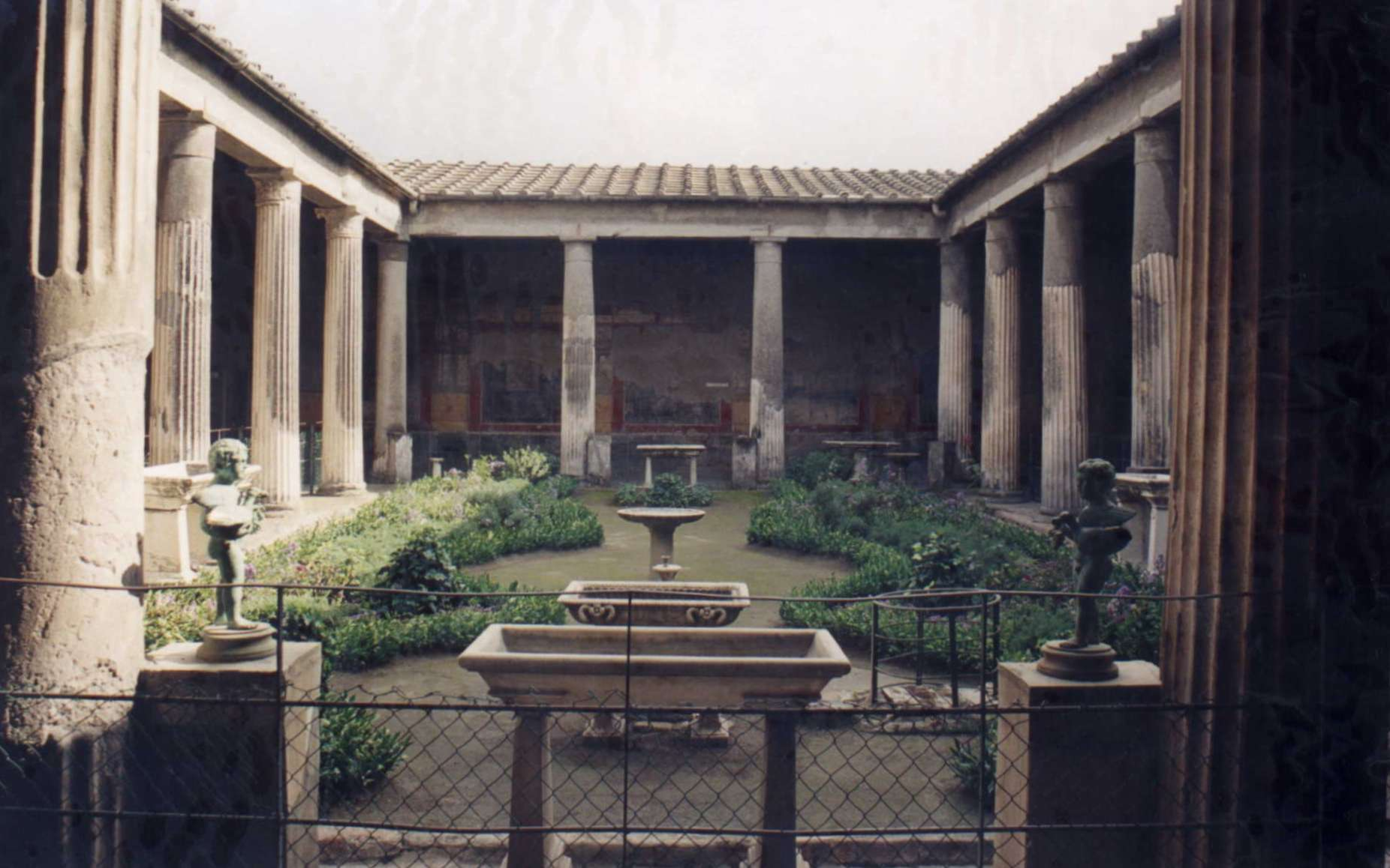 Le péristyle est une galerie de colonnes qui entoure un édifice. © Patricio Iorente, CC BY-SA 2.5, Wikimedia Commons