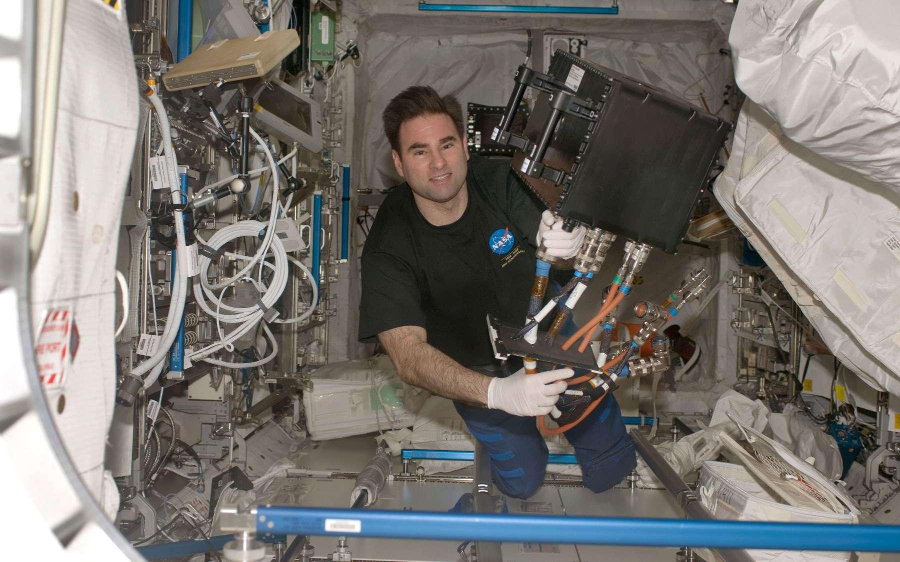 L'astronaute américain Greg Chamitoff installant Geoflow I dans le module Columbus lors de la première mission en Octobre 2008. Cette expérience avait pour objectif d'étudier la physique des fluides dans le noyau liquide de la Terre. © Nasa