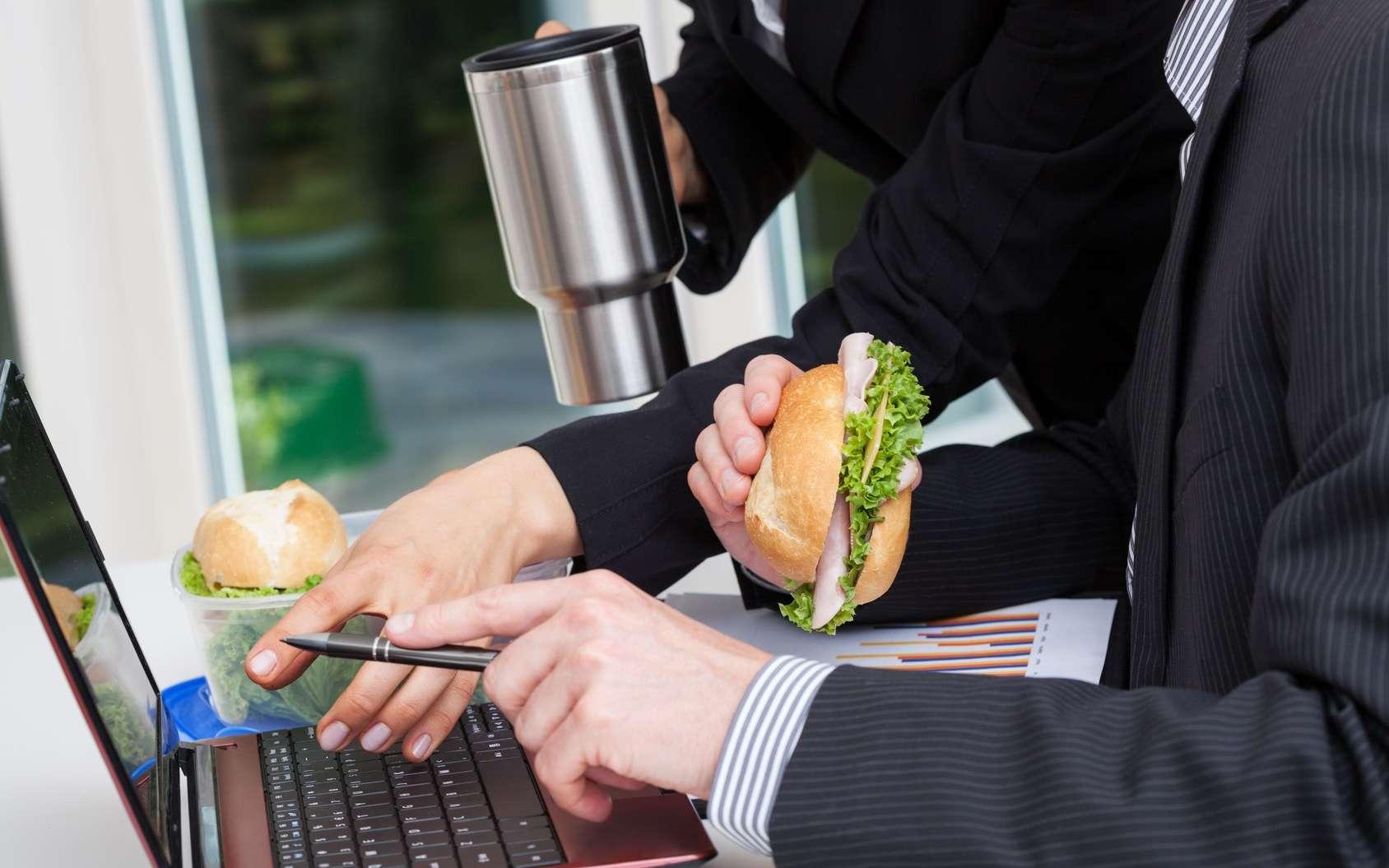 Pour perdre du poids, mangez moins vite ! Manger rapidement devant son écran, ce n'est pas le bon choix pour la ligne. © Photographee.eu, Fotolia