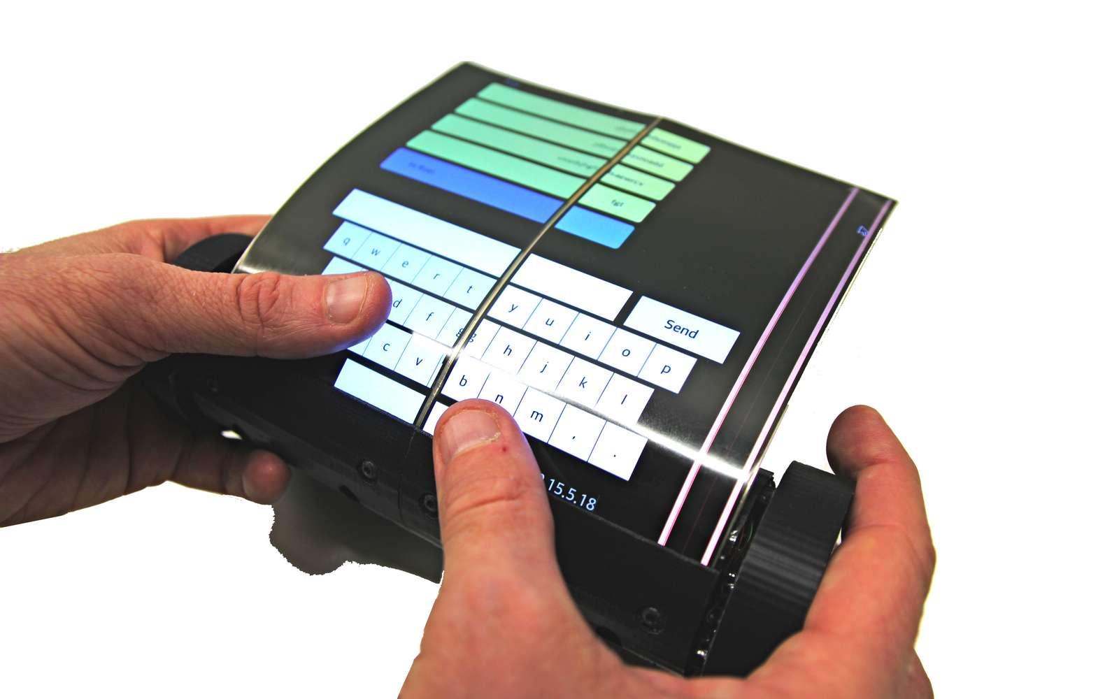 La tablette-smartphone MagicScroll est équipée d'un écran flexible de 7,5 pouces. © Human Media Lab.
