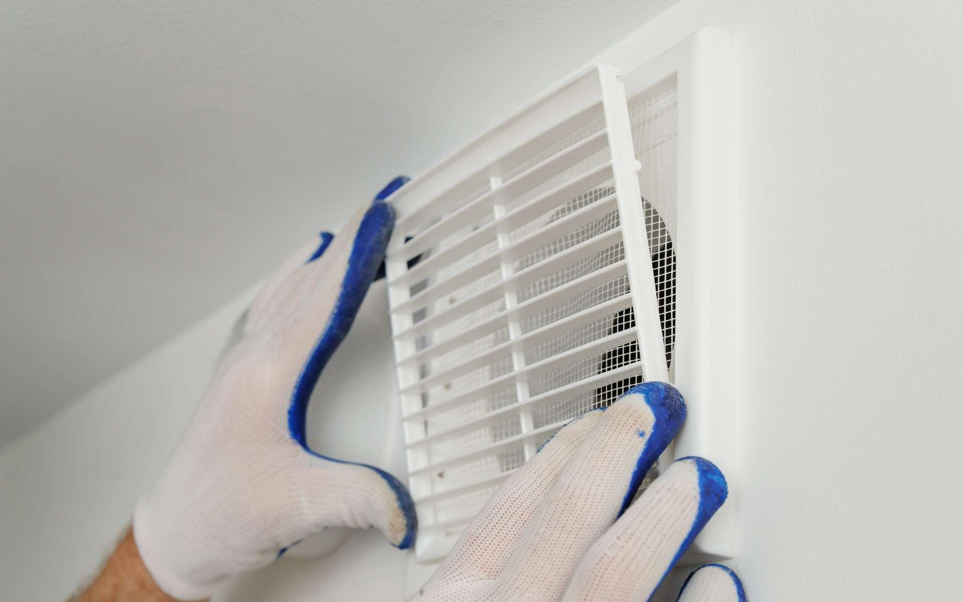 La ventilation naturelle se compose de deux grilles de ventilation. Positionnée en haut et en bas d'un mur, elles permettent de renouveler le volume d'air d'une pièce. Pour être efficace, les grilles doivent être nettoyées régulièrement. © yunava1, Adobe Stock