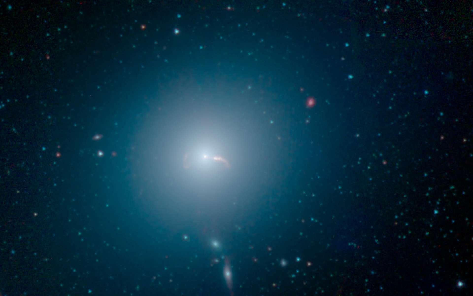 En plein cœur de la galaxie massive M87, un trou noir supermassif de 6,5 milliards de masses solaires. Sur cette image composite capturée dans plusieurs longueurs dans l'infrarouge par le télescope spatial Spitzer, on aperçoit ses jets de particules propulsés à travers la galaxie. © Nasa, JPL-Caltech, IPAC, Event Horizon